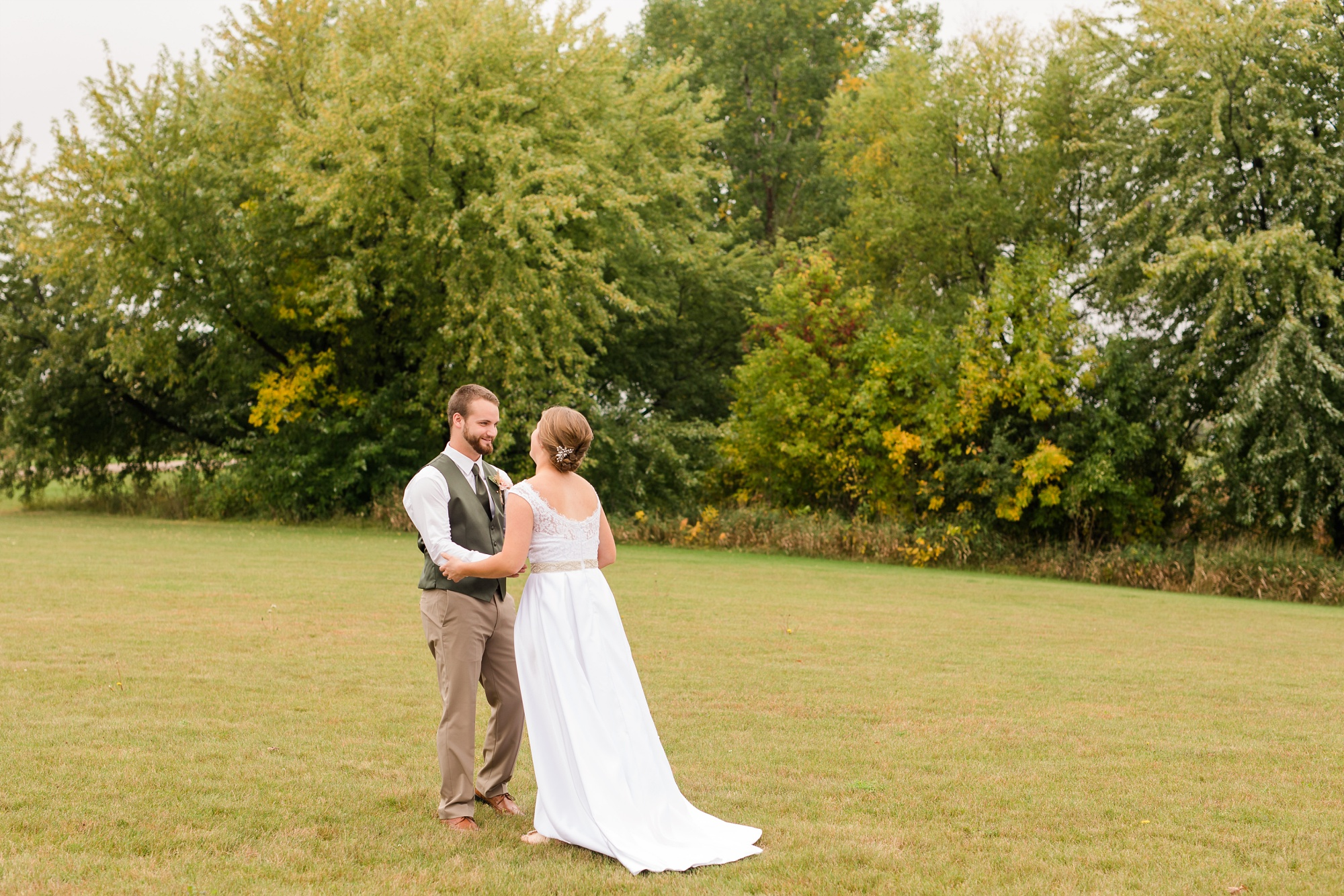 AmberLangerudPhotography_Fall, Barn At Dunvilla Wedding with outdoor ceremony_3295.jpg