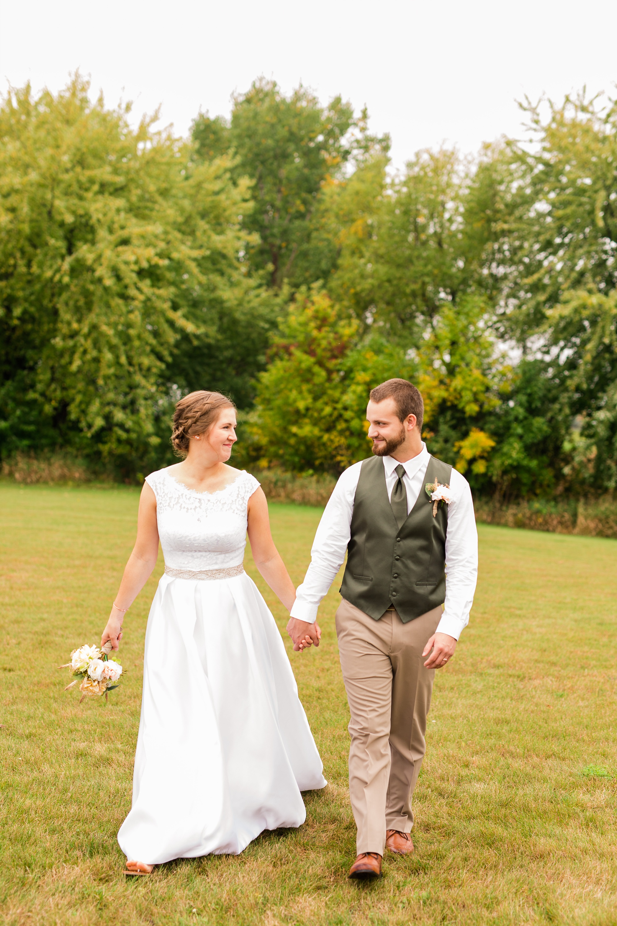 AmberLangerudPhotography_Fall, Barn At Dunvilla Wedding with outdoor ceremony_3303.jpg