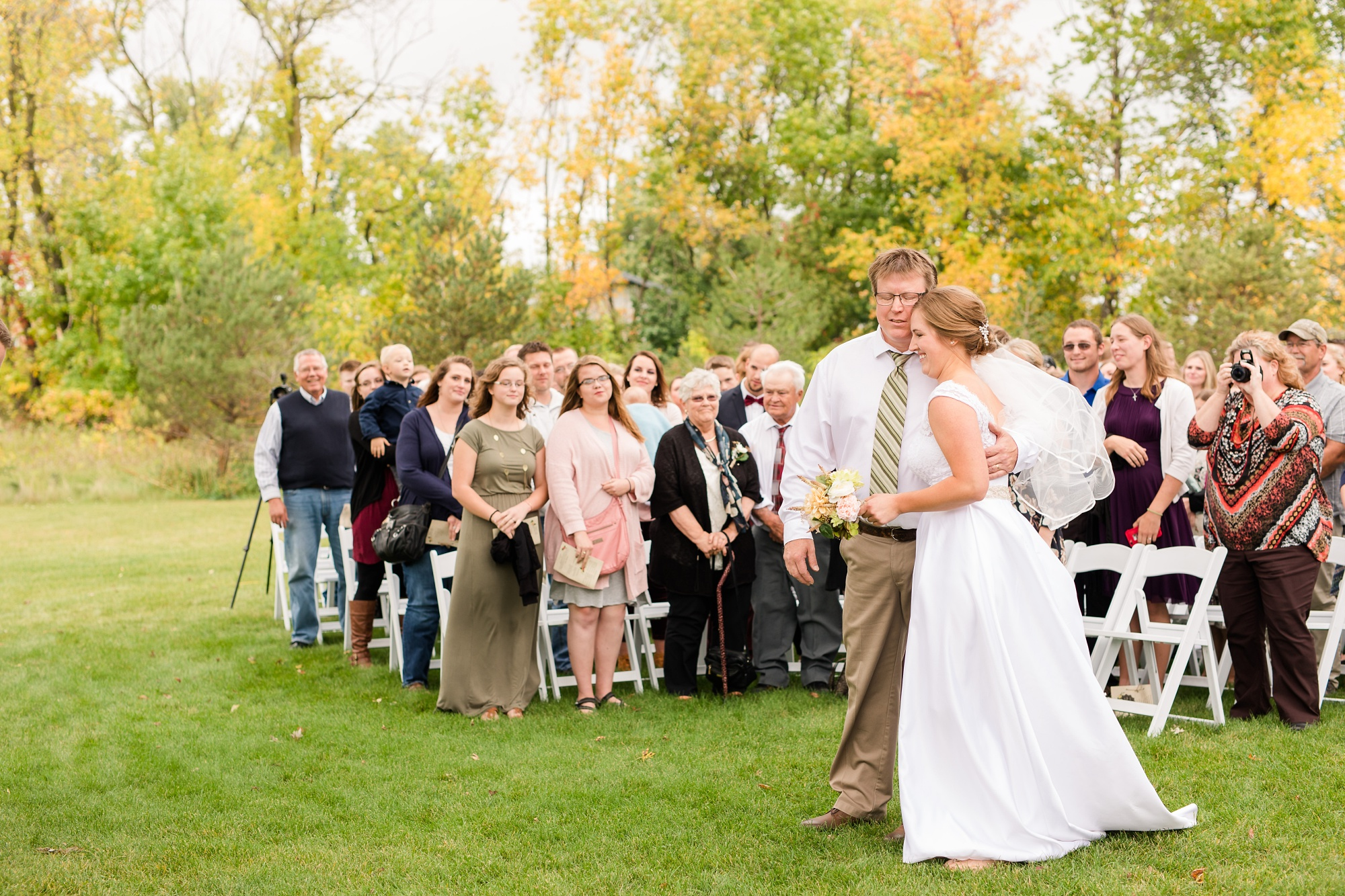 AmberLangerudPhotography_Fall, Barn At Dunvilla Wedding with outdoor ceremony_3336.jpg