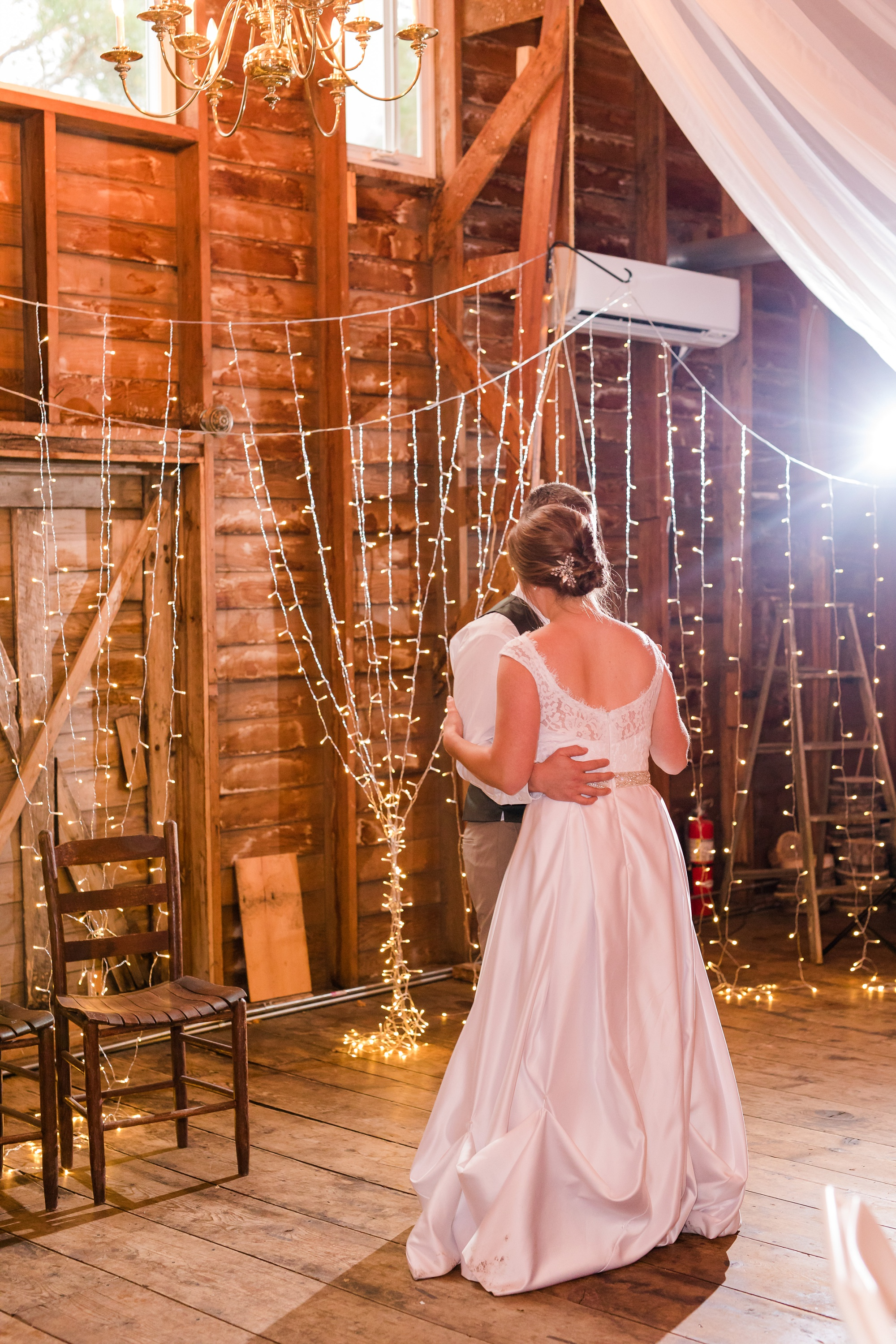 AmberLangerudPhotography_Fall, Barn At Dunvilla Wedding with outdoor ceremony_3365.jpg