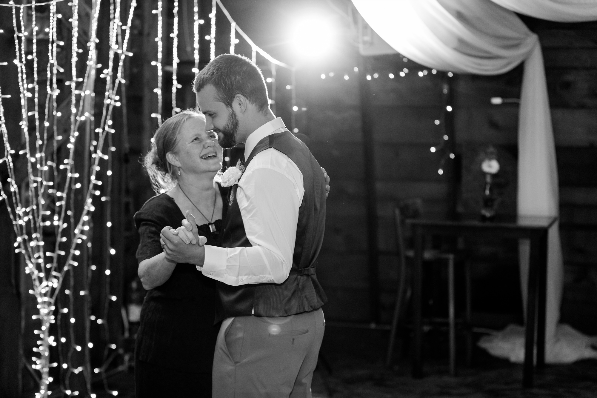 AmberLangerudPhotography_Fall, Barn At Dunvilla Wedding with outdoor ceremony_3368.jpg
