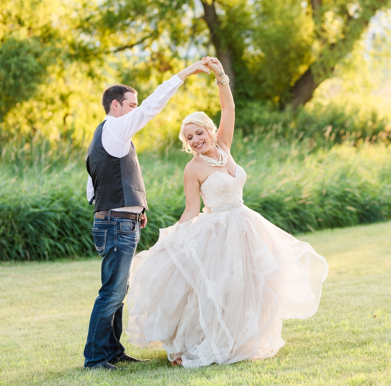 SAMPLE TIMELINE - 9:00/10:00 am - HAIR & MAKEUP STARTS11:00am/1:00 pm - PHOTOGRAPHER ARRIVES1:00 pm - FIRST LOOK2:00 pm - BRIDAL PARTY PORTRAITS2:45 pm - FAMILY PORTRAITS4:00/4:30 pm - CEREMONY5:30/6:30 pm - RECEPTION & MEAL8:00 pm - DANCE8:30/9:00 pm - PHOTOGRAPHY DONE
