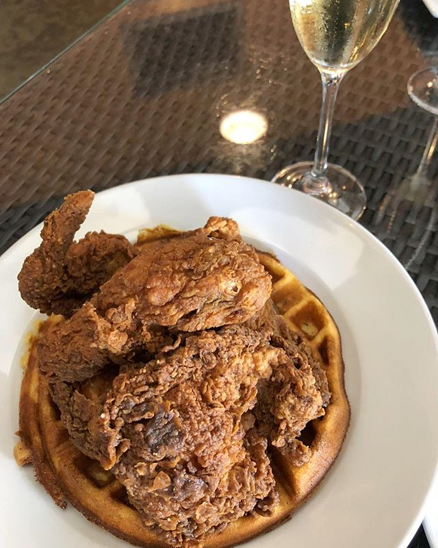 le chicken 🍗 le waffle 🥞 le champagne 🥂 le brunch! . . . #brunch #southernfood #friedchicken #chickenandwaffles #champagne #champagneandfriedchicken #winepairing #gastropub #thecraftbarfl