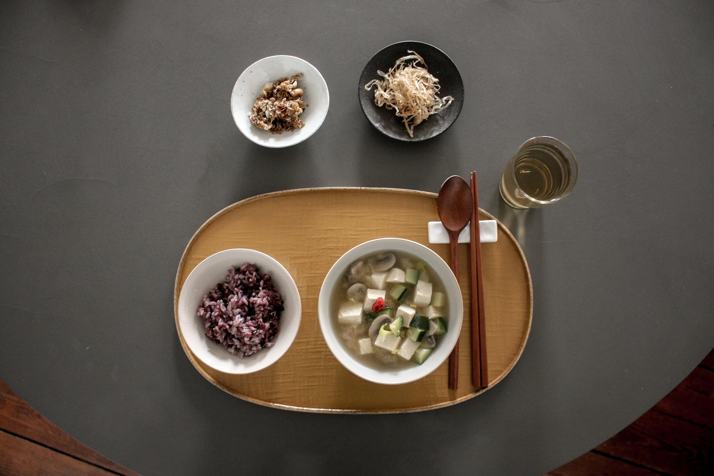 rice & soup bowl_SEUNGMINJI POTTERY /side dish plate_SIKIJANG /lacquered tray _choeunsook gallery