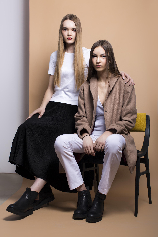 t-shirt CHRISTIAN BERG, skirt PLISSIMA, shoes DEICHMANN; Right: coat KEYCE, jumpsuit WERONIKA SZYNCZEWSKA, shoes VAGABOND; chair PADU PADU