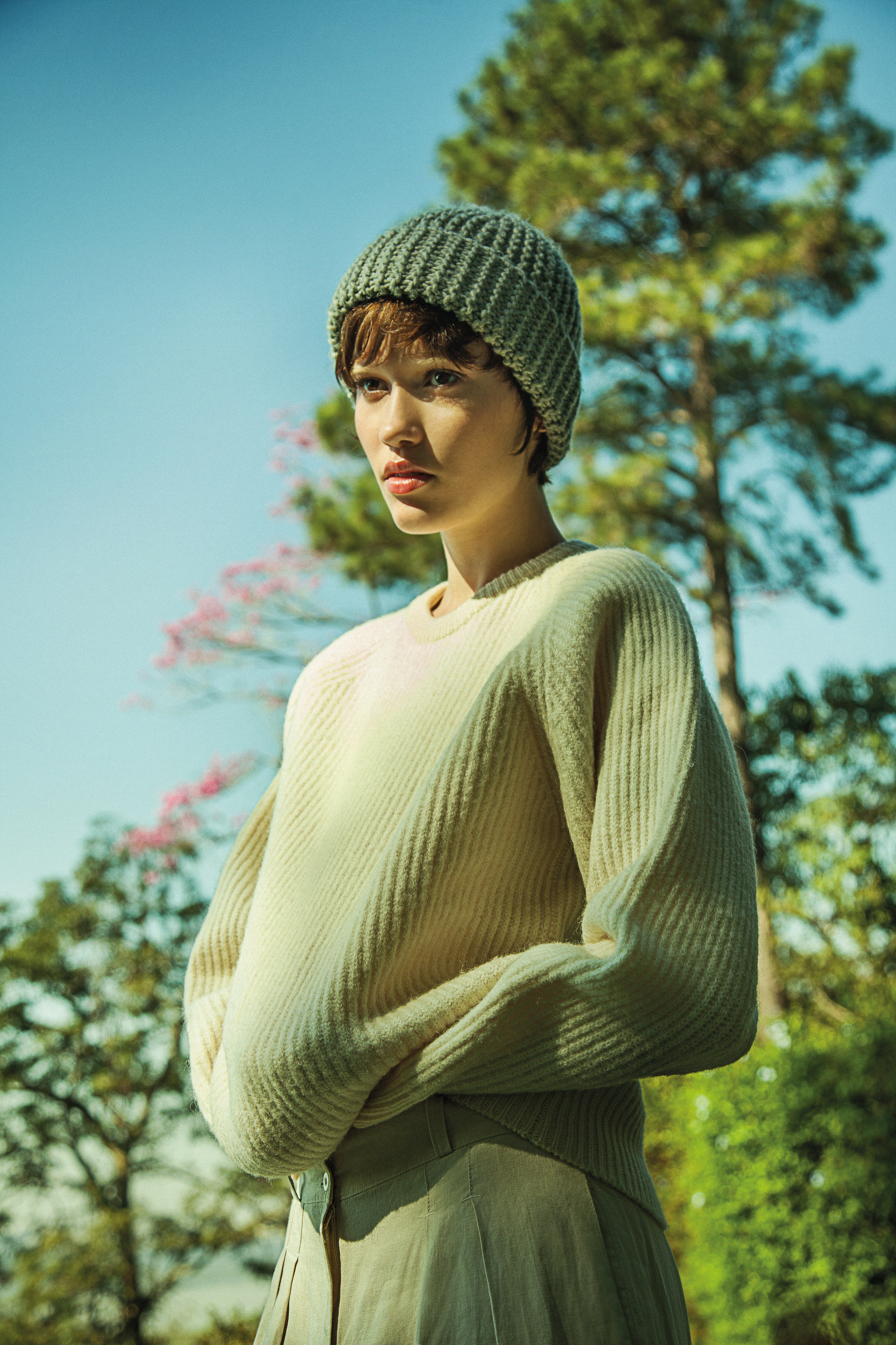 Gorro, tricot e calça vintage.