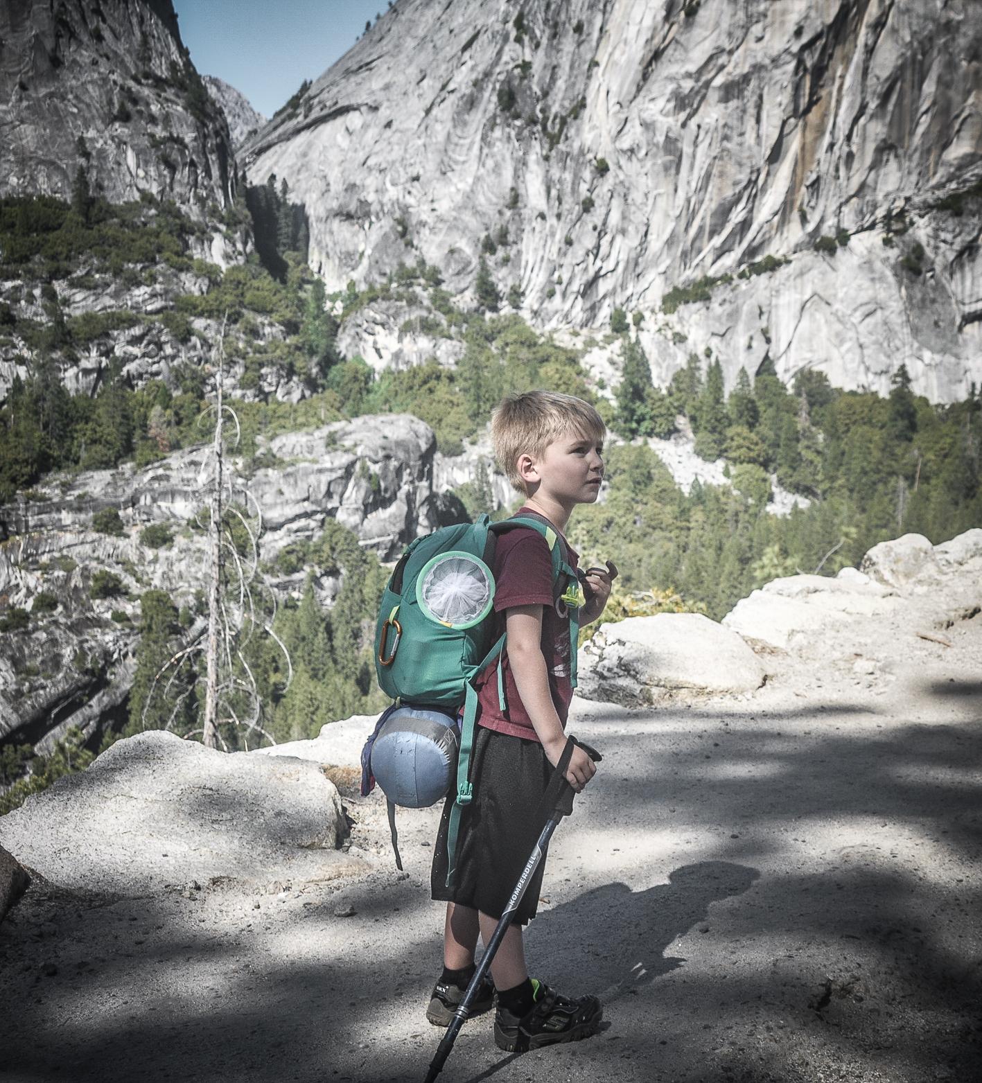 Encontramos este garotinho e sua mãe no alto da trilha John Muir. Eles voltavam de uma noite na montanha.