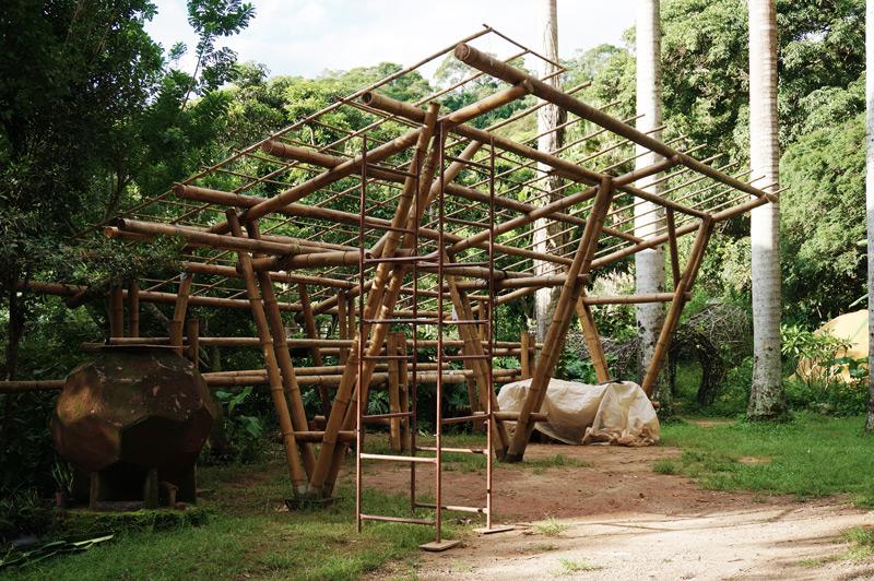 a construção da garagem de bambu