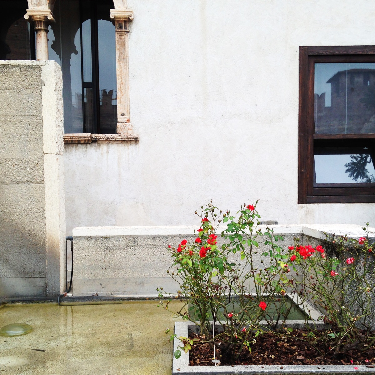Courtyard . castelvecchio museum, Verona. (Scarpa, restored 1973)