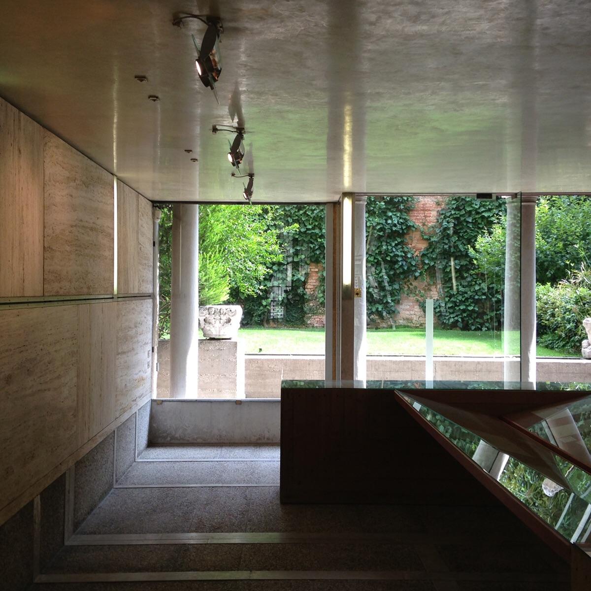 Looking at the inner courtyard. The Fondazione Querini Stampalia, Venezia ( Scarpa 1969)