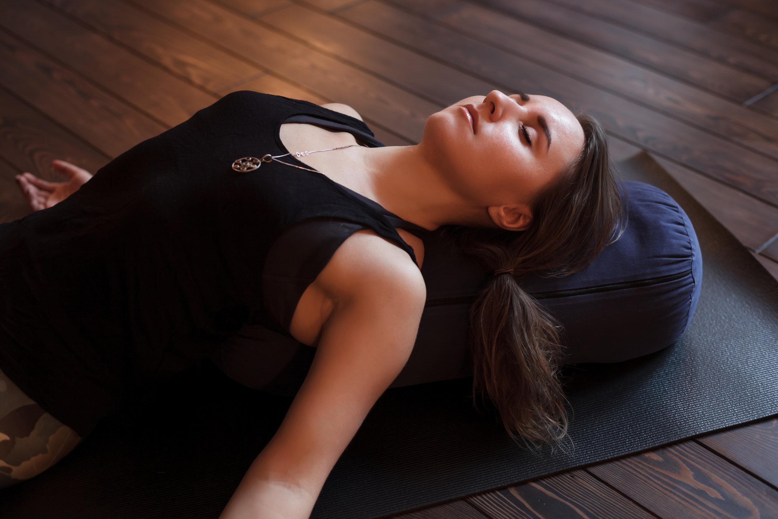 COURS PARTICULIERS - Vous débutez et voulez être tout de suite corrigé pour prendre de bonnes habitudes ? Vous avez une condition physique qui vous empêche de suivre des cours collectifs en salle ? Vous voulez vous offrir un moment rien que pour vous, pour approfondir votre pratique, pour repartir avec un programme personnalisé, ou tout simplement vous sentir accompagné et soutenu sur votre chemin : rien de mieux qu'un cours particulier. Je vous propose des cours particuliers de yoga, yoga-thérapie et yoga pré/postnatal, sur un format entre 1H et 2h30 selon vos besoins.