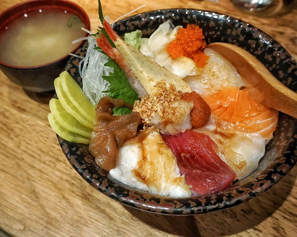chirashi don with seven pieces of raw fish, Dozo Sushi