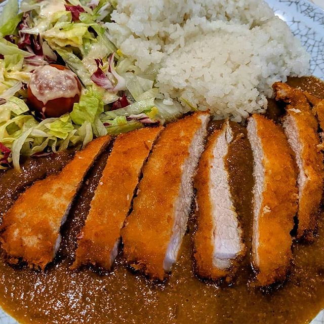KATSU カツ 🎌🍛 Just imagine walking around a cold, wet and windy London then diving into Misato for a huge pork cutlet with that unmistakable curry sauce, still only £7! 😮😍☔ Hands up if you can taste and smell it just from the photo 👐👀😁 Thanks @jayittijay for this #LondonCheapEats photo 📸 Why does it look so good?! 🤤🤤 If you eat at one of our recommendations, don't forget to let us know using the #londoncheapeats hashtag or tagging @ldncheapeats, either on Instagram or Twitter. We may well share it! 👍 #LondonCheapEats  #infatuationlondon #toplondonrestaurants #foodporn #tryitordiet #london #spoonfeed #eater #noleftovers #feedyoursoul #dailyfoodfeed #eatfamous #forkyeah #cheatmeal #eatingfortheinsta #devourpower #topcitybites #eeeeeats #noBSfood #buzzfeedfood #foodpornshare #beautifulcuisines #japanese #katsucurry #curry #chinatown #カツ