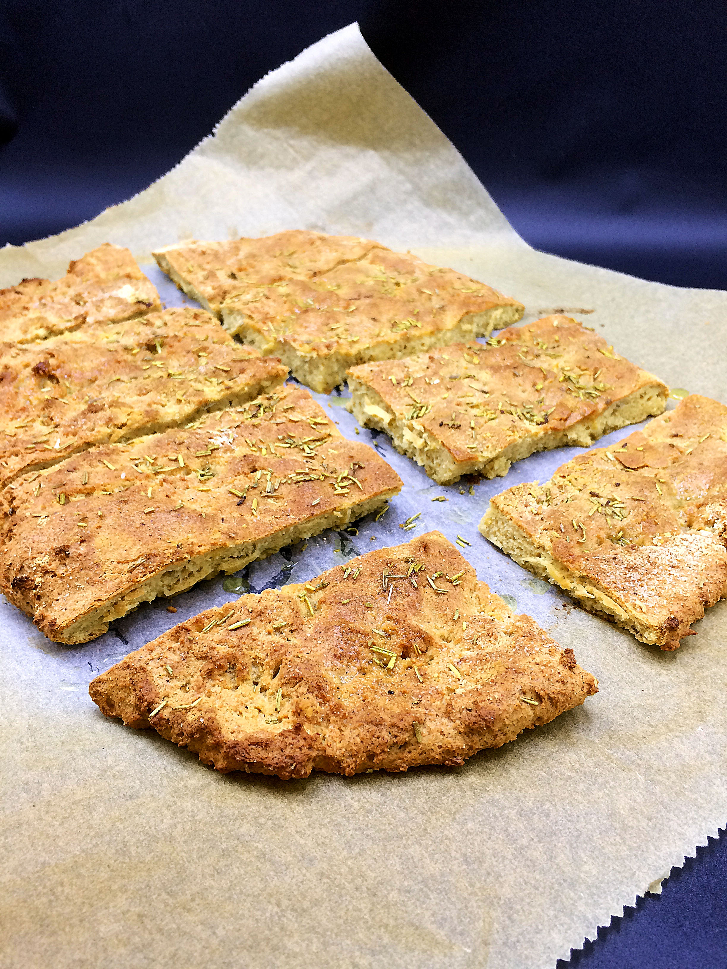 Secretly healthy Rosemary Flatbreat Focaccia-style {Low carb, high protein} / via kitchen-impossible.net #healthyfocaccia #lowcarbfoccia #lowcarbbread #lowcarbflatbreat #healthyflatbrad #lowcarbrecipe
