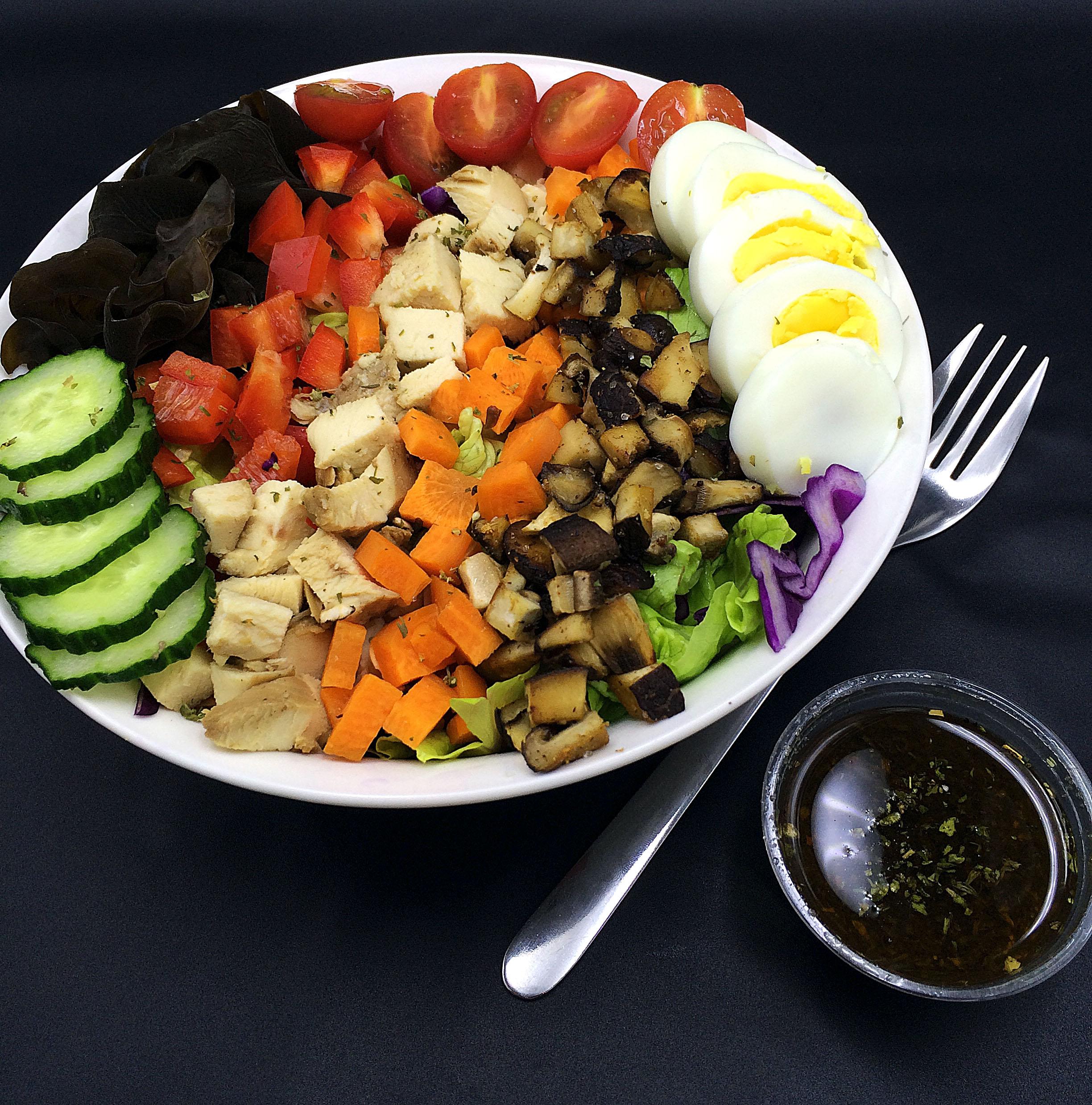 skinny cobb salad (low carb, paleo) / via kitchen-impossible.net #healthy #salad #cobbsalad #paleo #paleorecipe #healthyrecipe #lowfat #highprotein