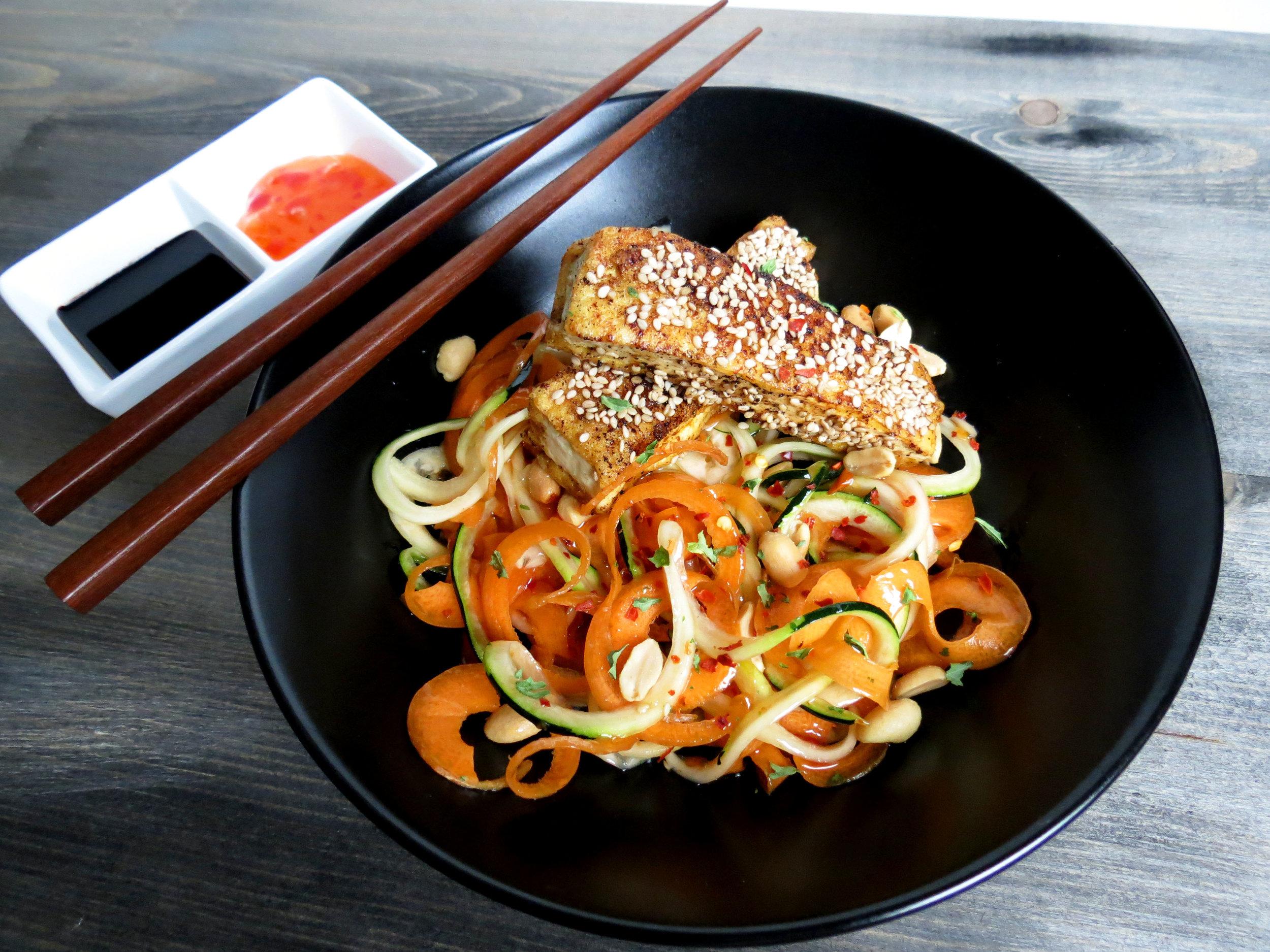 Süß-Saure Gemüsenudeln mit knusprigem Tofu im Sesammantel {20-Minuten Gericht} - kitchen-impossible.com