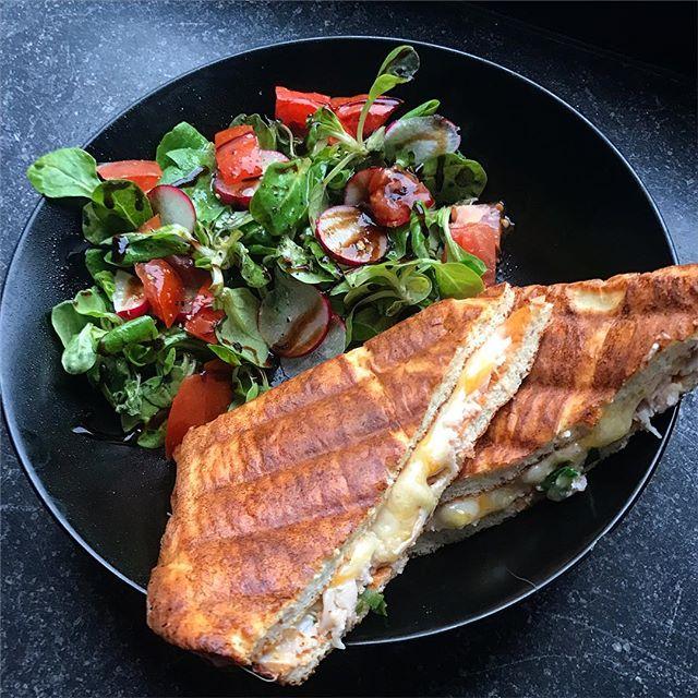 Low carb grilled Cheese 😍🧀..Hab dafür oopsie-teig auf ein Backblech gegeben und auf der gesamten Fläche verteilt. Wenn der Teig ausgebacken ist, einfach in Toastbrot große Scheiben schneiden, belegen und im Sandwich-Maker grillen 🤤 P.S: das Rezept für den Oopsie-Teig findet ihr unter meinem letzten Burger-Bild