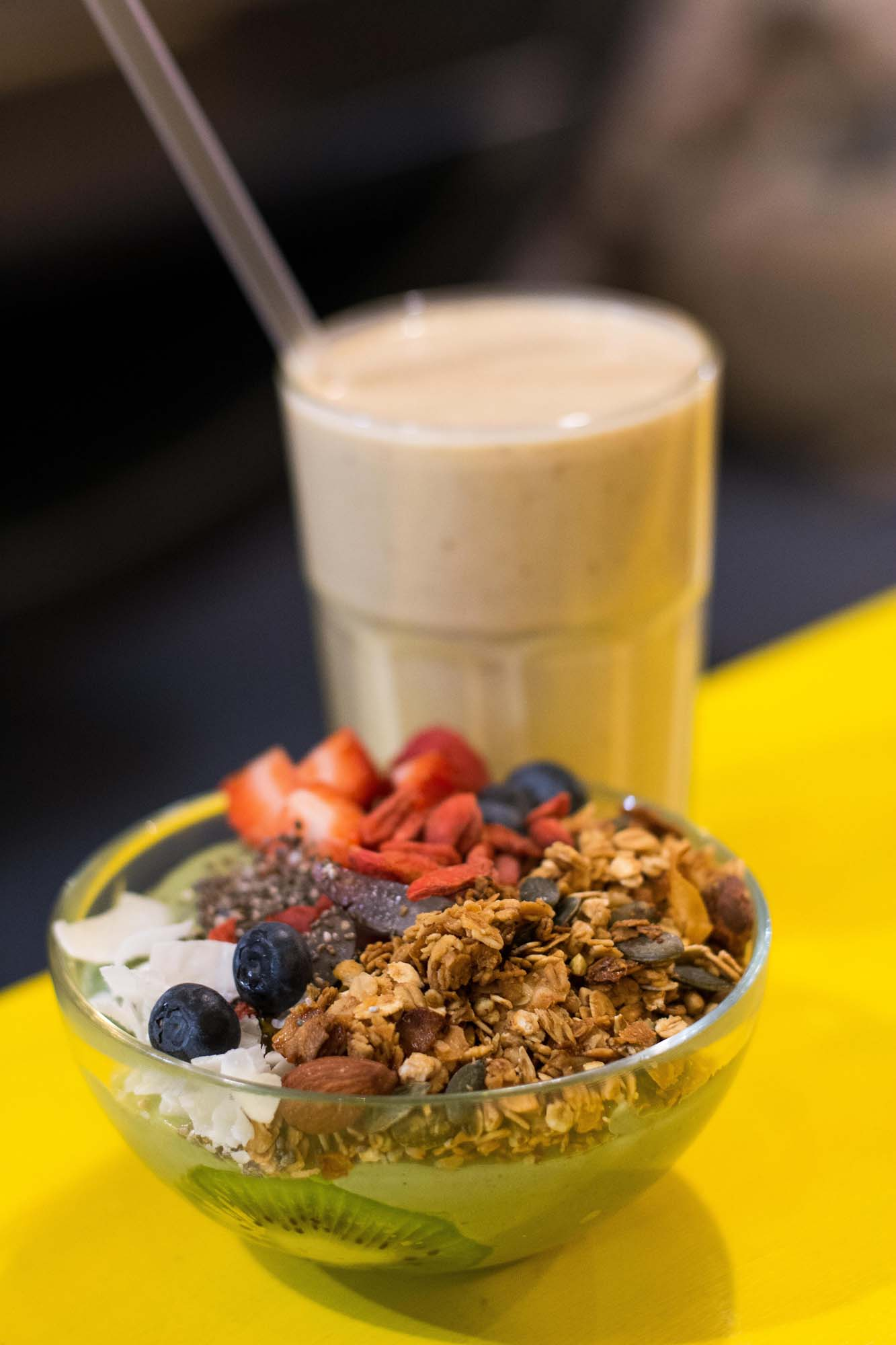 Smoothie bowl with granola at Hammock Juice Station, Barcelona. Photo © Barcelona Food Experience.