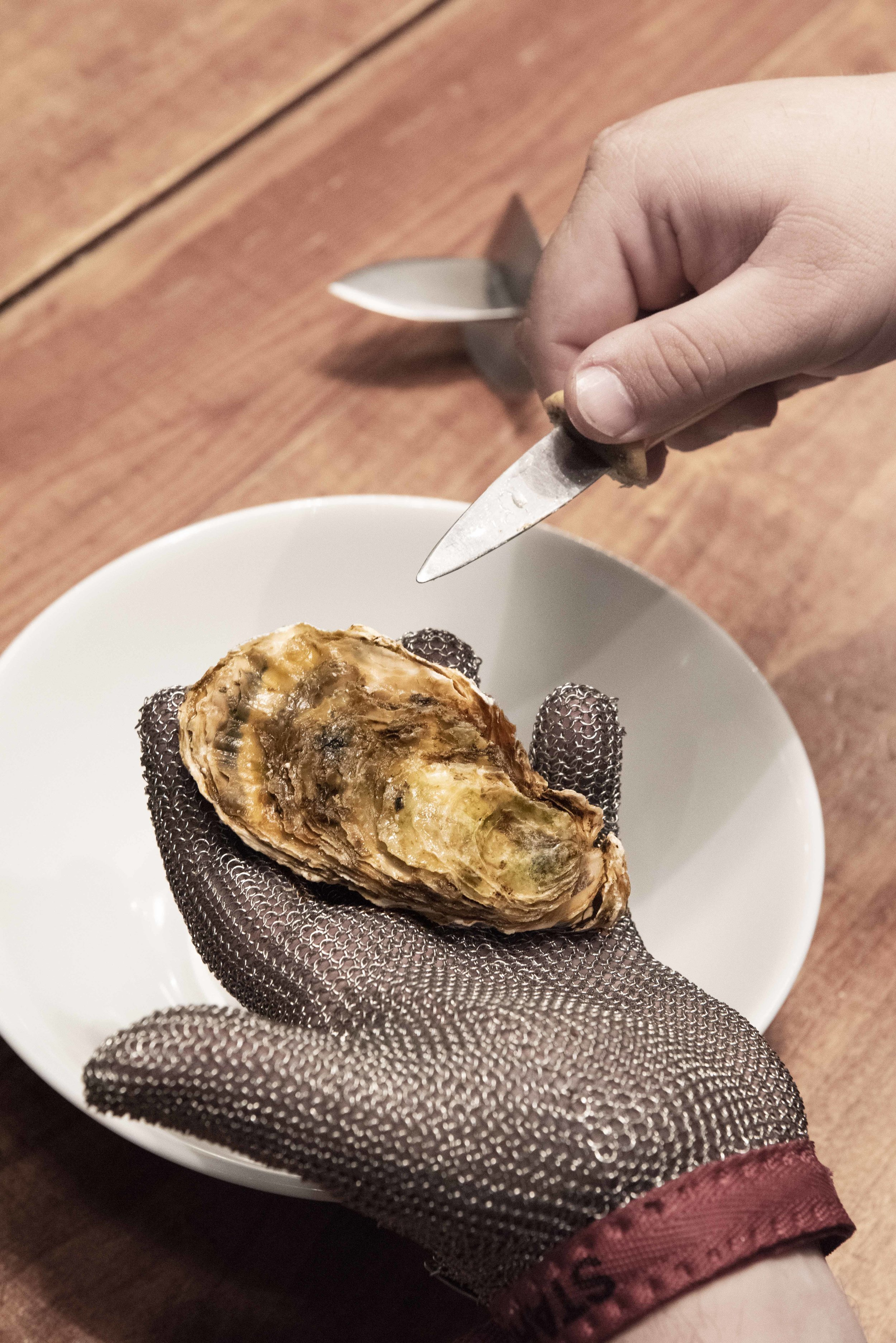 How to open an oyster. Photo © Barcelona Food Experience.