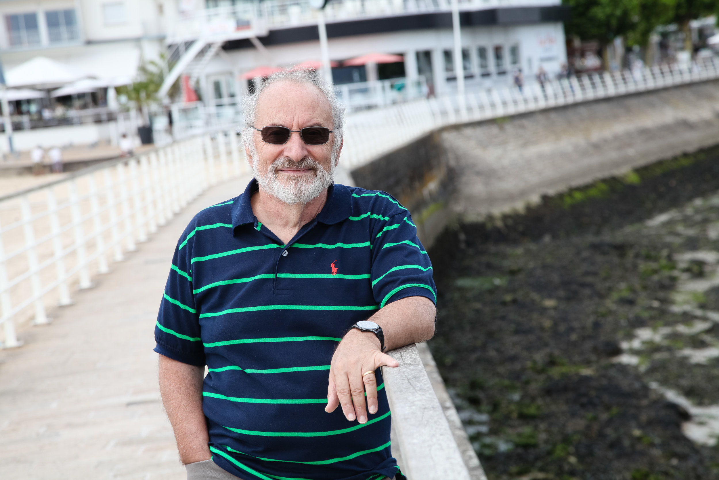Joel Benkemoun, président de l'association Les Greniers de la mémoire, organise des expositionset des visites au Pouliguen. Il publie également des recueils d'archives sur la patrimoine de la ville.  Promenade du Pouliguen oùde nombreux touristes et estivants profitent de la vue du port et de la plage.