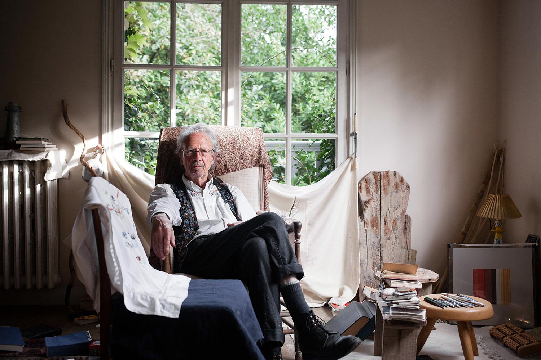 """Peter Handke, écrivain autrichien vivant à Chaville en France, pour son dernier livre, """"Essai sur le fou de champignons"""", aux éditions Gallimard. Pour Le Point. Octobre 2017."""