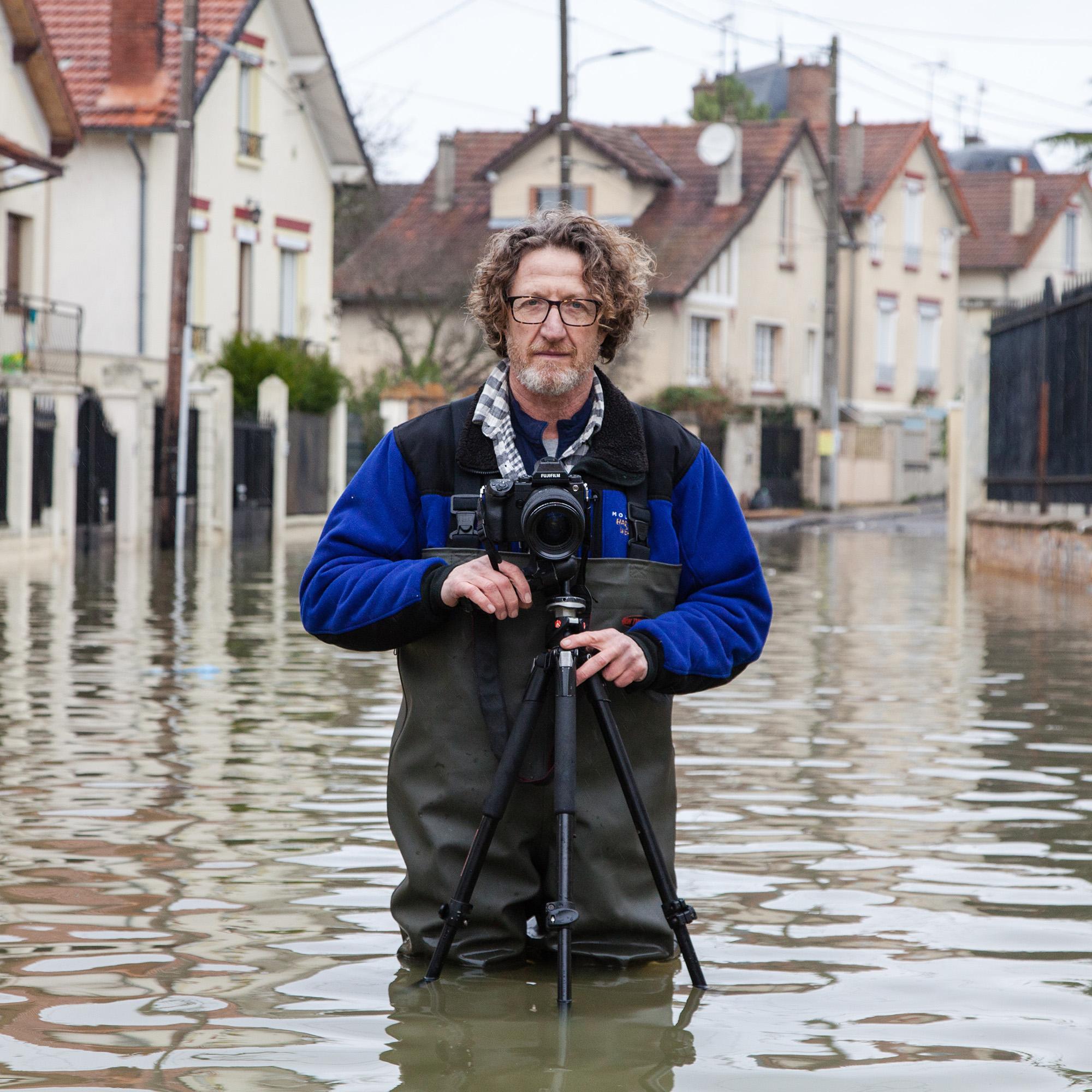 """Portrait du photographe  Gideon Mendel  qui photographie les crues et inondations dans le monde entier pour son projet """"Drowing World"""". A Villeneuve Saint Georges (Val de Marne), pendant la crue de la Seine. Janvier 2018"""