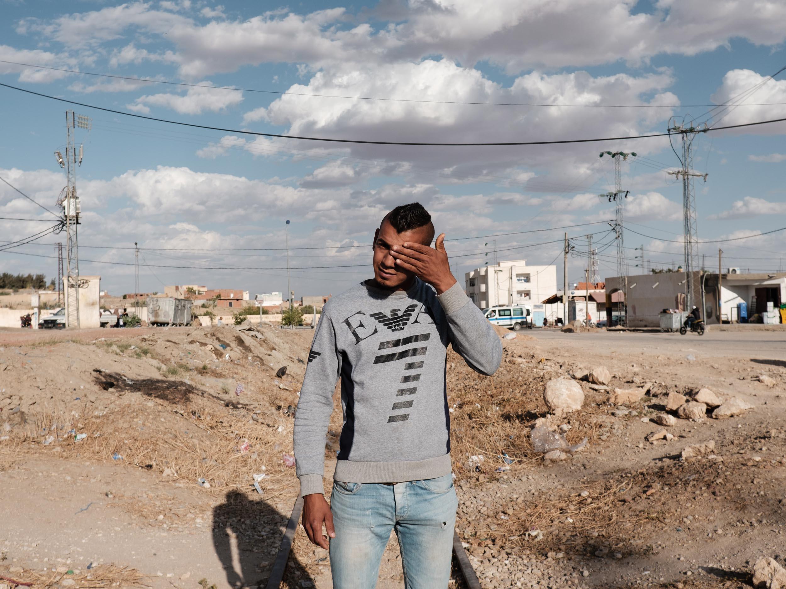 Metlaoui, mai 2018  Khams, 21 ans, vit de petits travaux journaliers. Il a participé aux manifestations de janvier 2018 avec d'autres jeunes chômeurs ayant ete refusé aux concours organises pas la Compagnie de Phosphate de Gafsa (CPG), visant à recruter 1700 agents et ouvriers. 12400 personnes avaient posé leur candidature.  Les jeunes sont dans une situation desperée à Metlaoui. La seule source de travail reste l'entreprise publique de la CPG, principal pourvoyeur de travail de la région. Mais le peu de recrutement depuis de nombreuses années et le manque de perspectives dans d'autres secteurs économiques poussent de nombreux jeunes à tenter la traversée de la Mediterrannee pour rejoindre l'Europe.