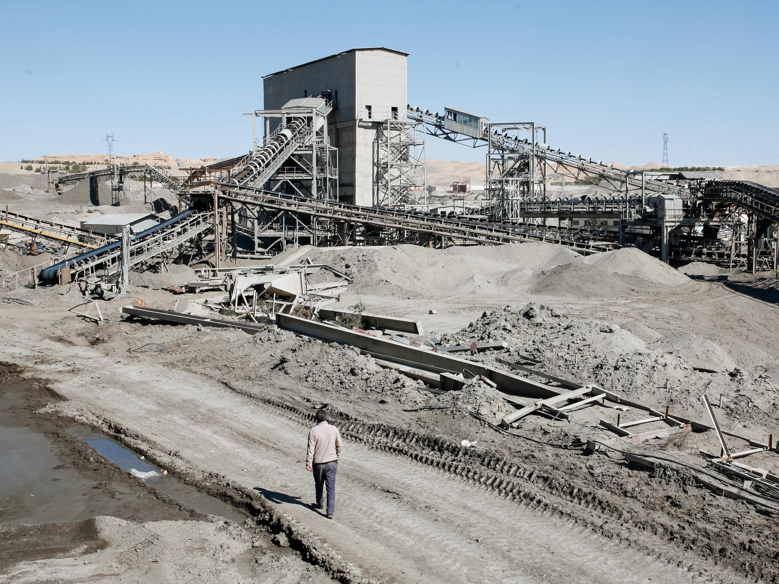 Le phosphate brut y est alors acheminé par camion, train ou bande roulante vers l'usine située à l'entré de  Metlaoui. Le phosphate deviendra exploitable après séparation par une technique de mélange avec des milliers de litre d'eau puis sera ensuite acheminé vers le groupe de chimique Tunisien à SFax, M'dhilla ou Gabès pour y être traité, conditionné puis exporté à l'étranger.
