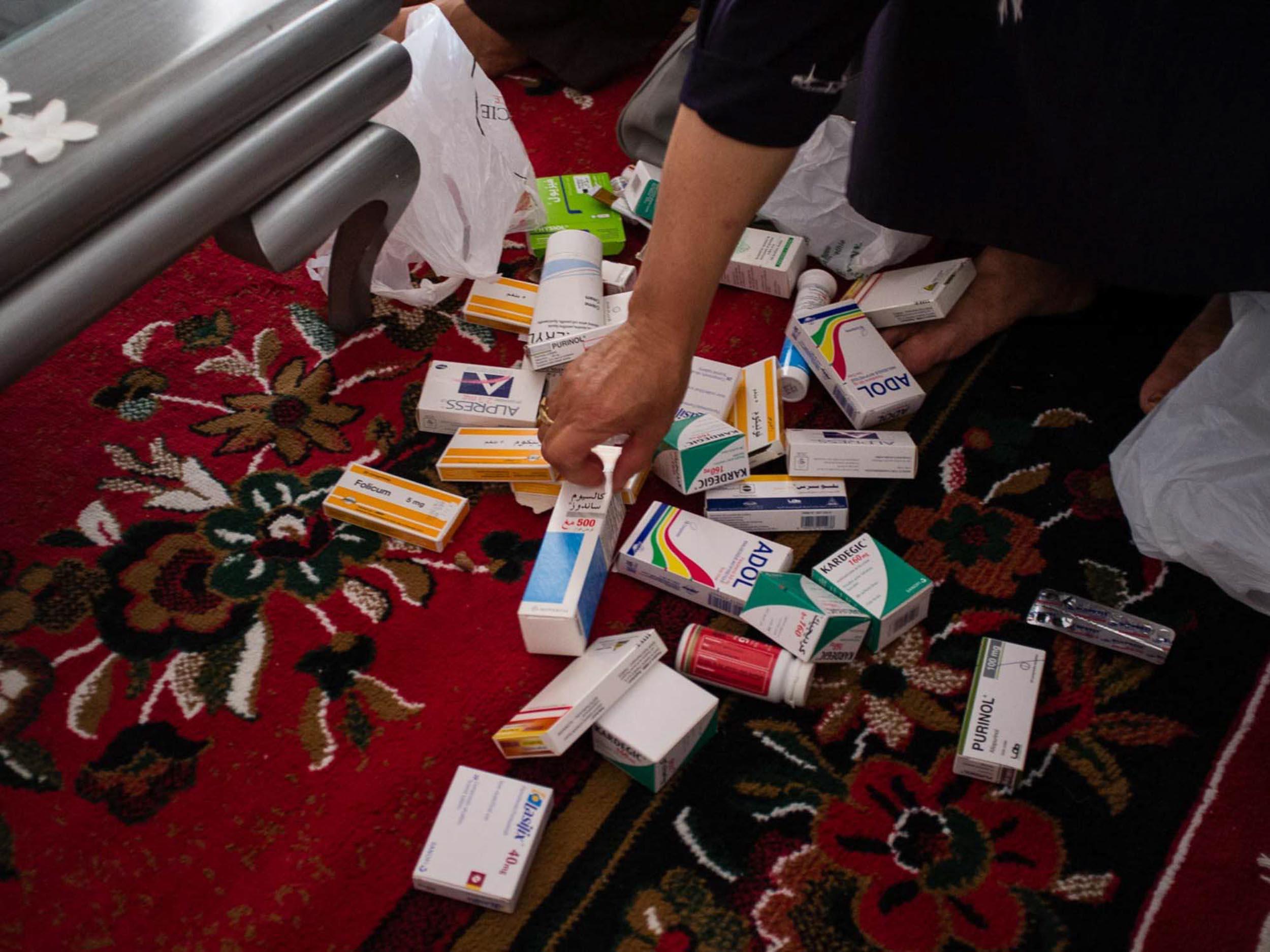 Oasis Chott Essalem. Gabès. 2016. Fatiha montre l'ensemble des médicaments qu'elle doit prendre quotidiennement pour se soigner.