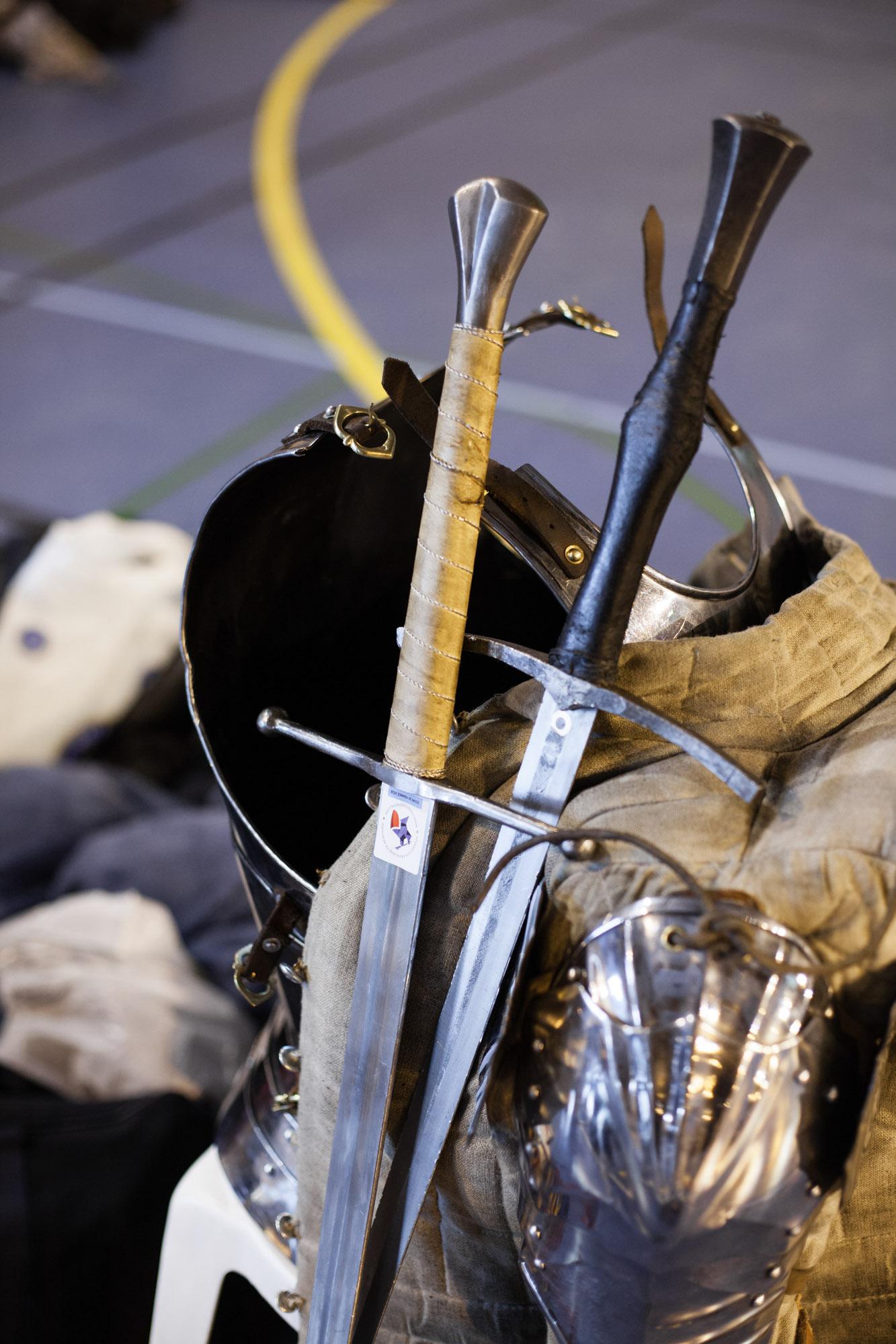 Des épées à deux mains sont entreposées avant un tournois en duel à Carrière Sous Poissy en région parisienne. Février 2018.