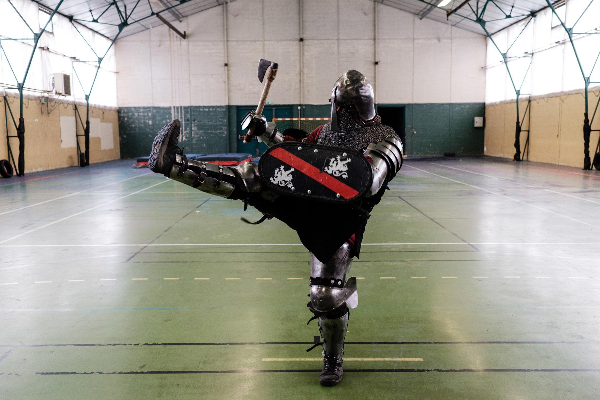Un combattant de l'equipe Exactor Mortis teste son armure avant un entrainement. Ferté Milon (Aisne).