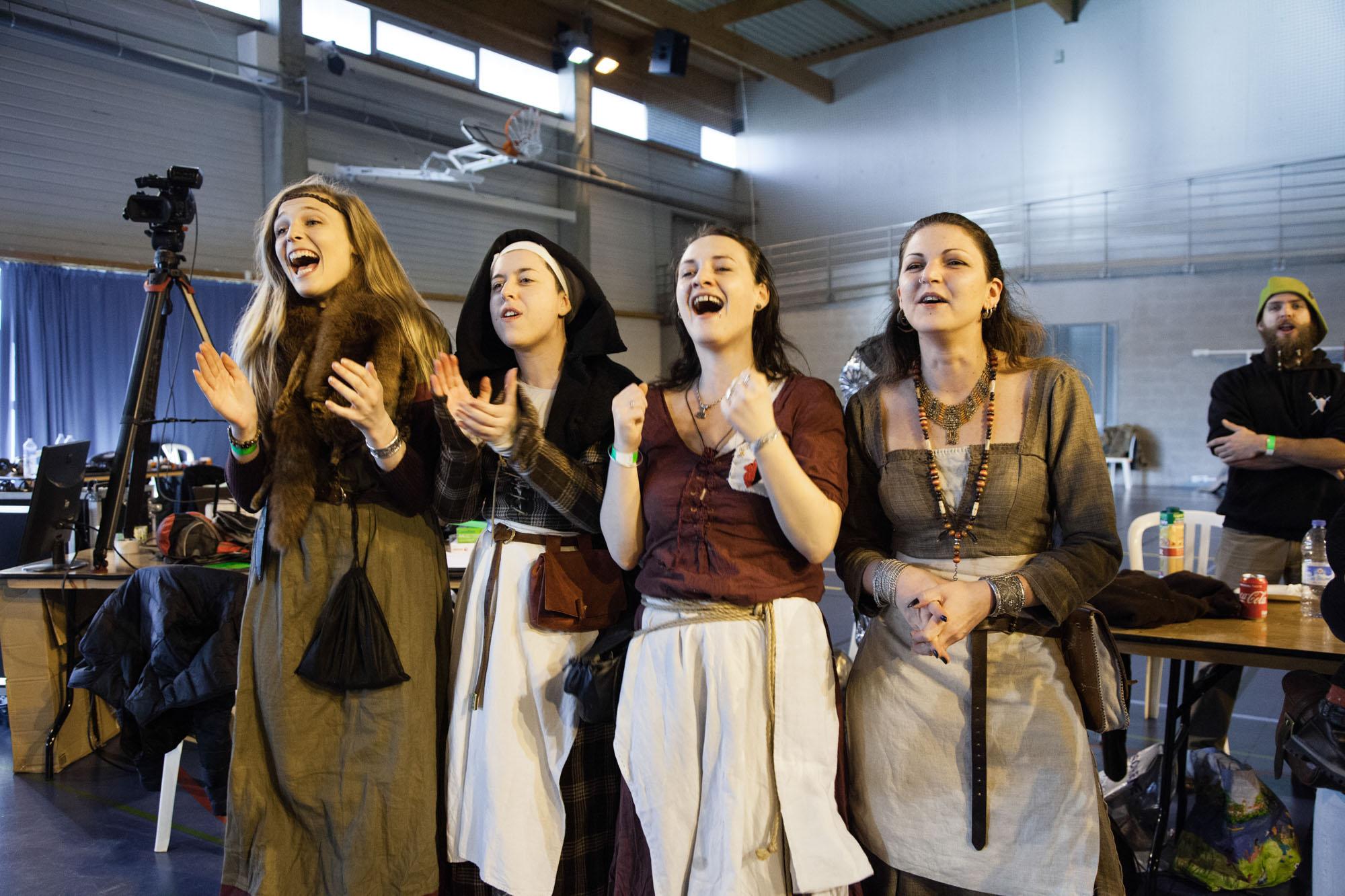 Des jeunes femmes habillées en costumes médiévaux sont venus soutenir leur équipes pendant le tournois en duel. Carrière Sous Poissy. Région parisienne.