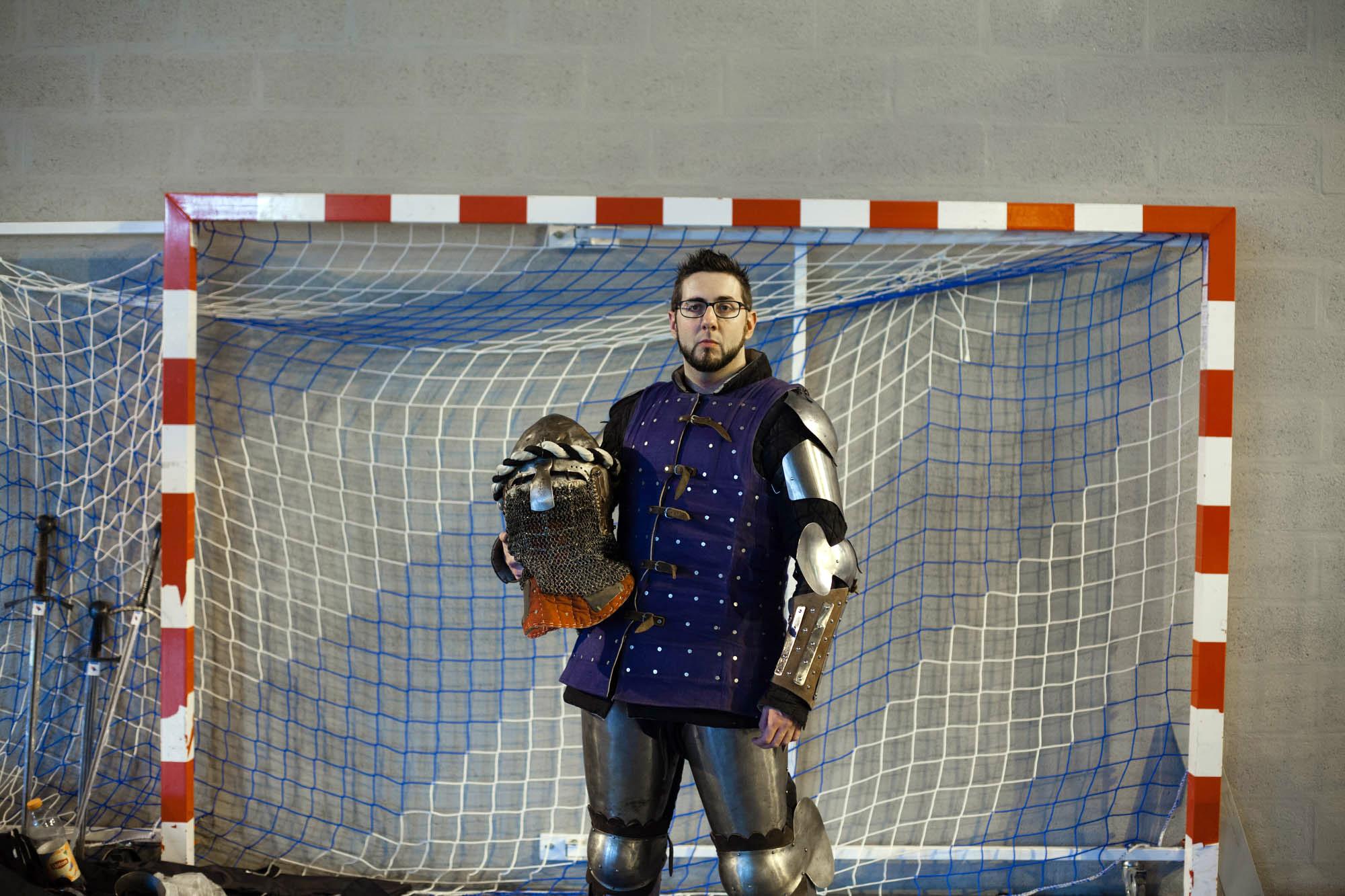 Jean-Christophe observe les duels avant son combat dans la catégorie « épée à deux mains». Cela fait six ans qu'il pratique le béhourd mais c'est son premier combat en duel.