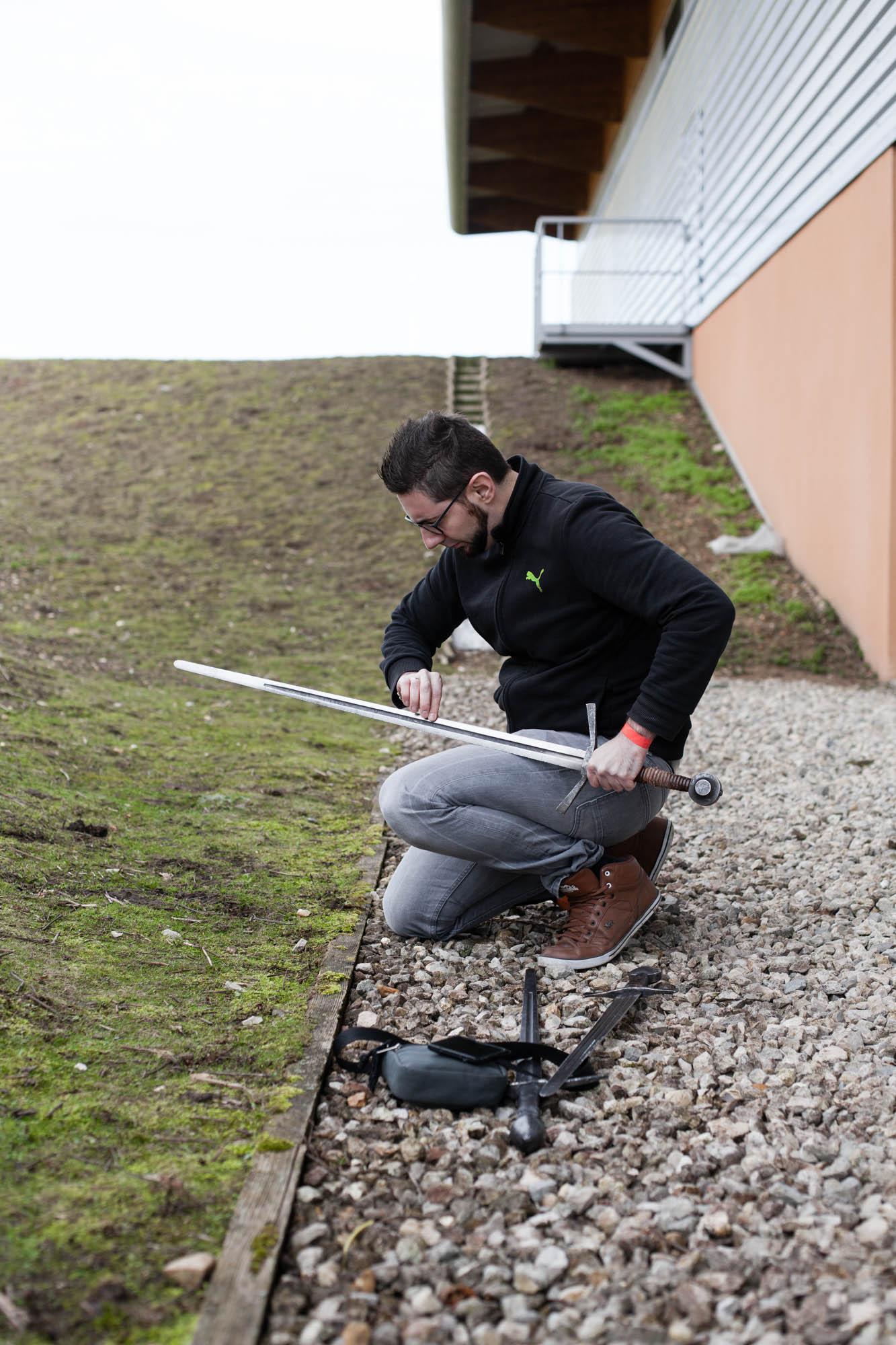 Jean -Christophe prépare son matériel avant un combat en duel. Carrière Sous Poissy.