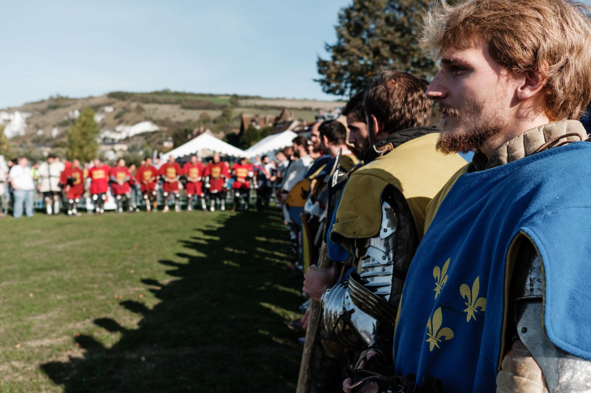 Les combattants se présentent au public et se saluent dans la lice avant de commencer le tournoi.