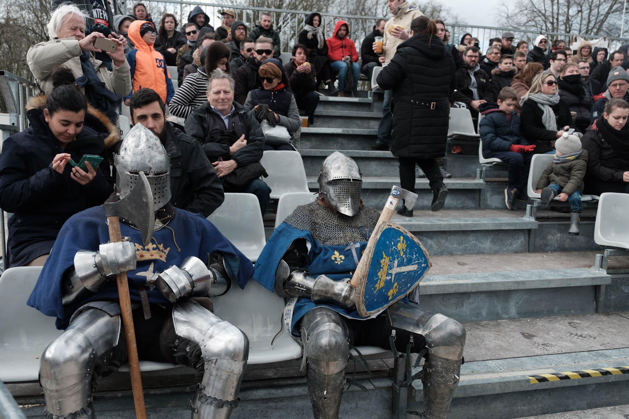 Deux combattant de l'équipe Martel (réion parisienne) attendent dans les gradins du public avant un combat. Championnat de France de Saint Dizier. Mars 2019.