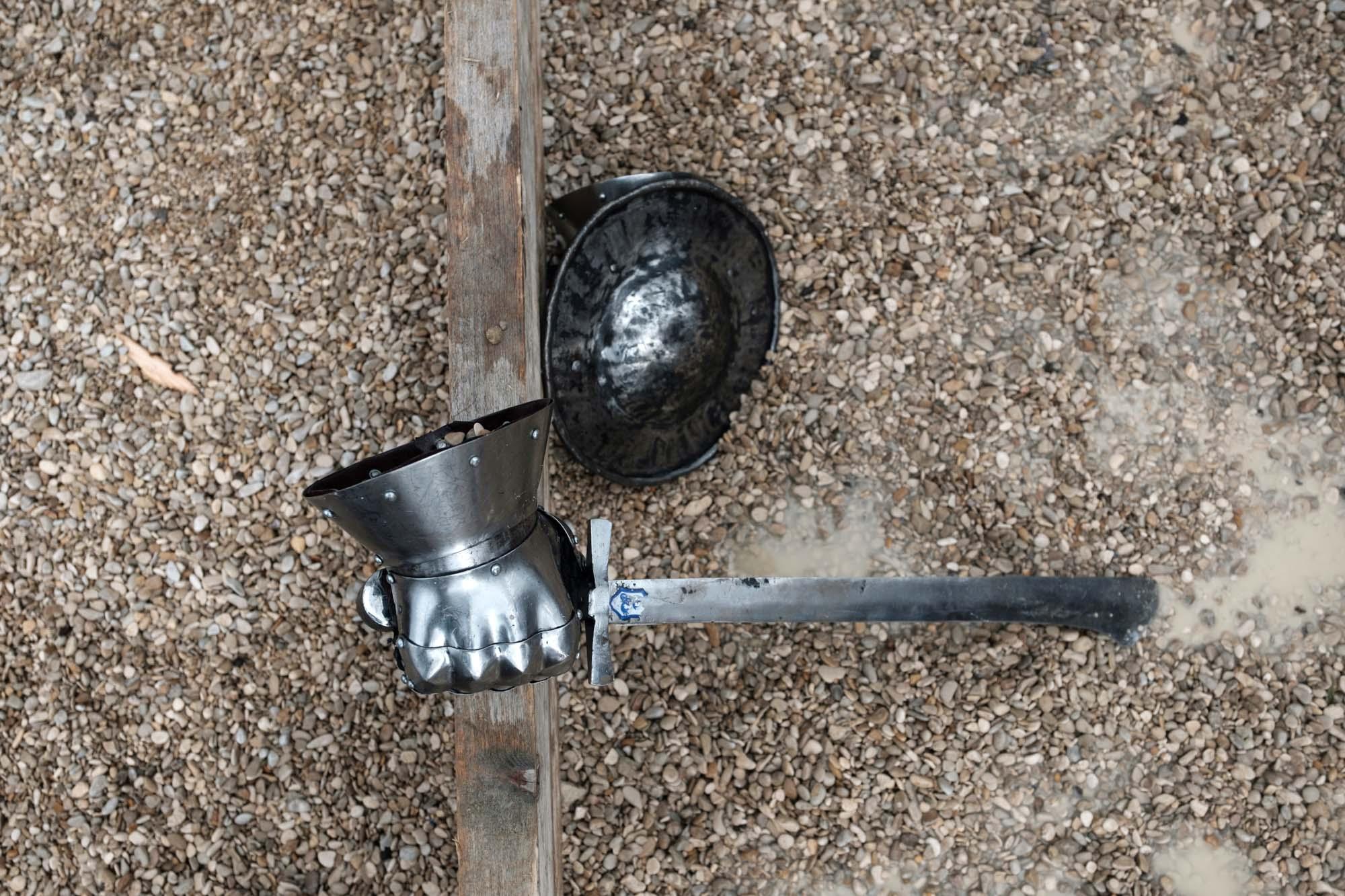Détails d'un bouclier, épée et armure de protection utilisés pendant un combat.