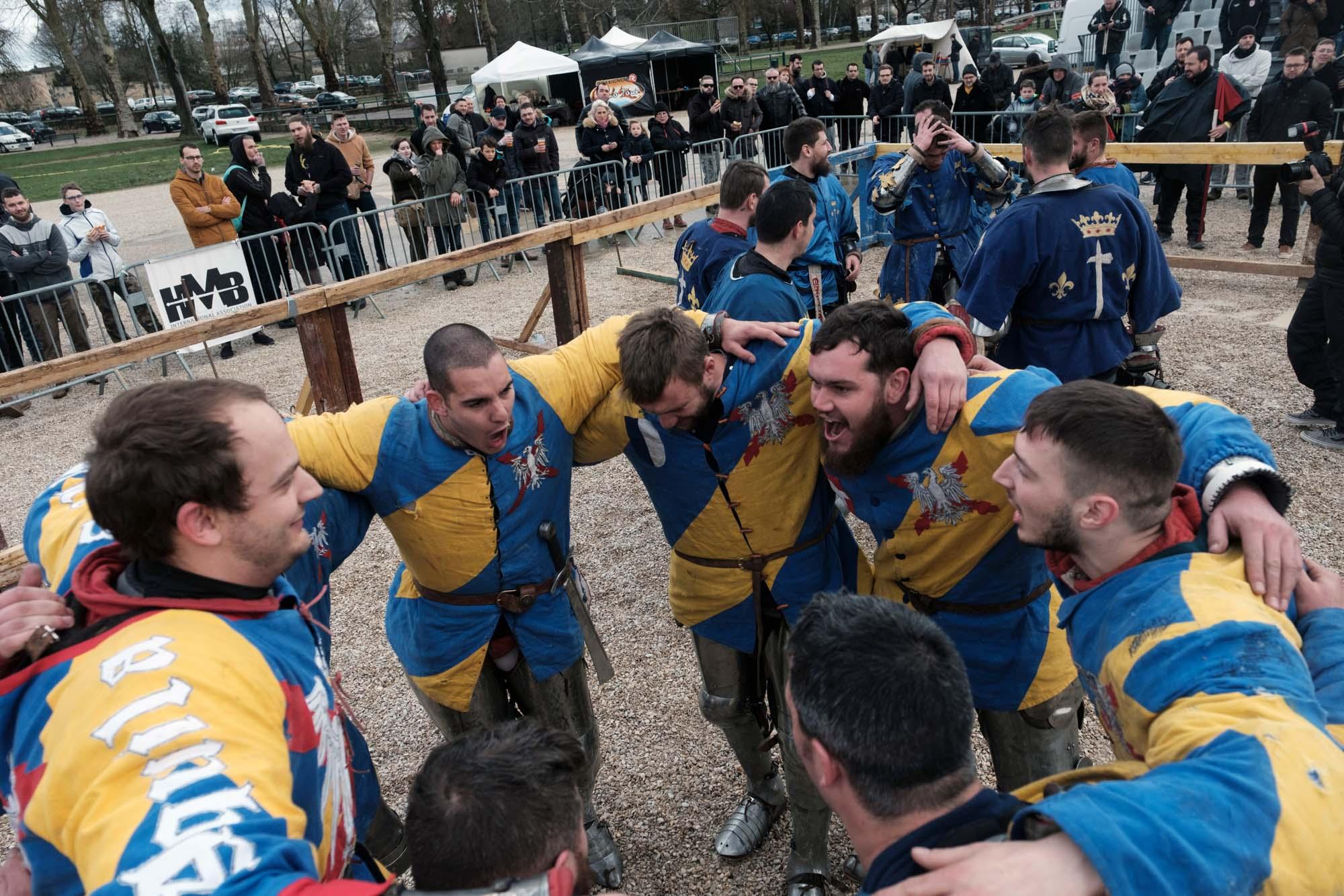 L'équipe Aquila Sequania (Franche Comte) célèbre sa victoire contre l'équipe Martel (Région parisienne) après la final des combats de 5 contre 5.