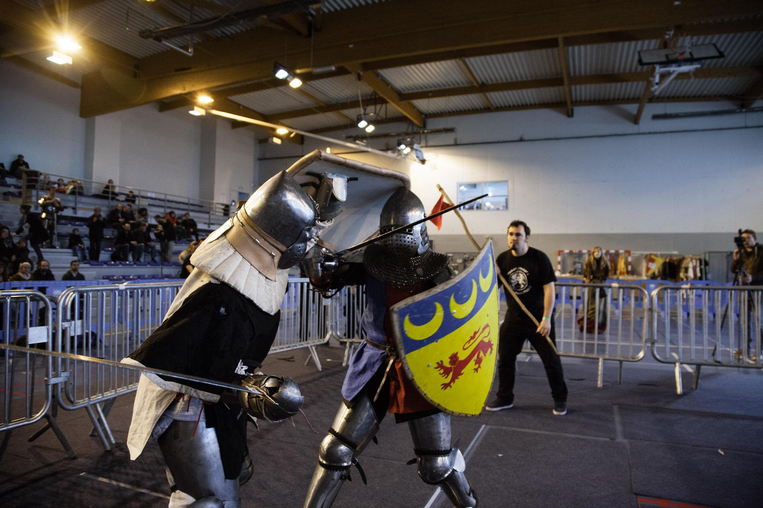 En duel, le but est de toucher l'adversaire. S'inspirant des combats traditionnels des fêtes médiévales, notamment de la pratique ancienne du pas. La spécificité de ce nouveau genre d'affrontement réside dans la dimension théâtrale et majestueuse des con
