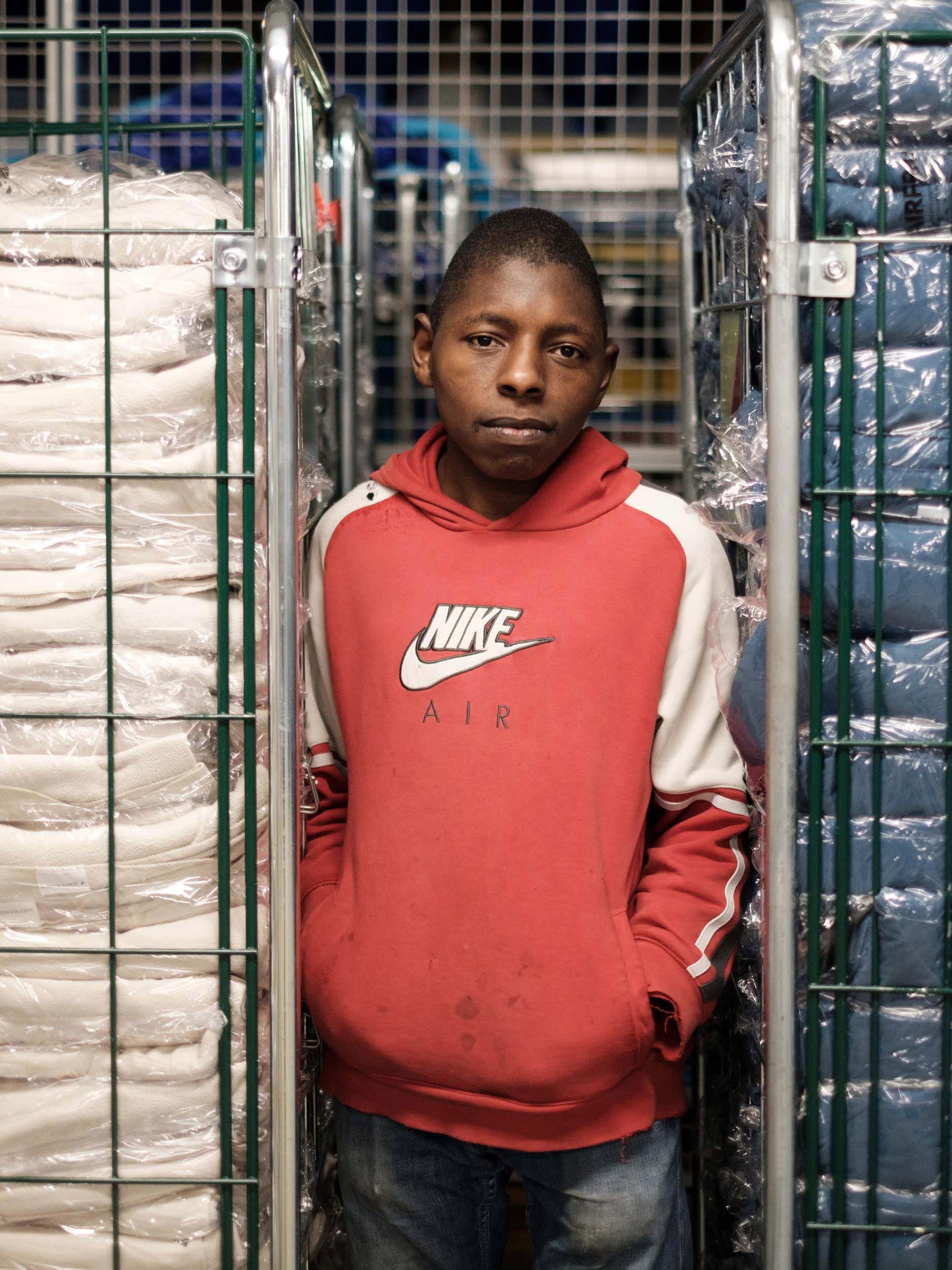 Camara, 25 ans, travailleur en situation de handicap. Usine de Blanchisserie ANR Service. Tremblay-en-France. 2019.  Projet personnel en cours.