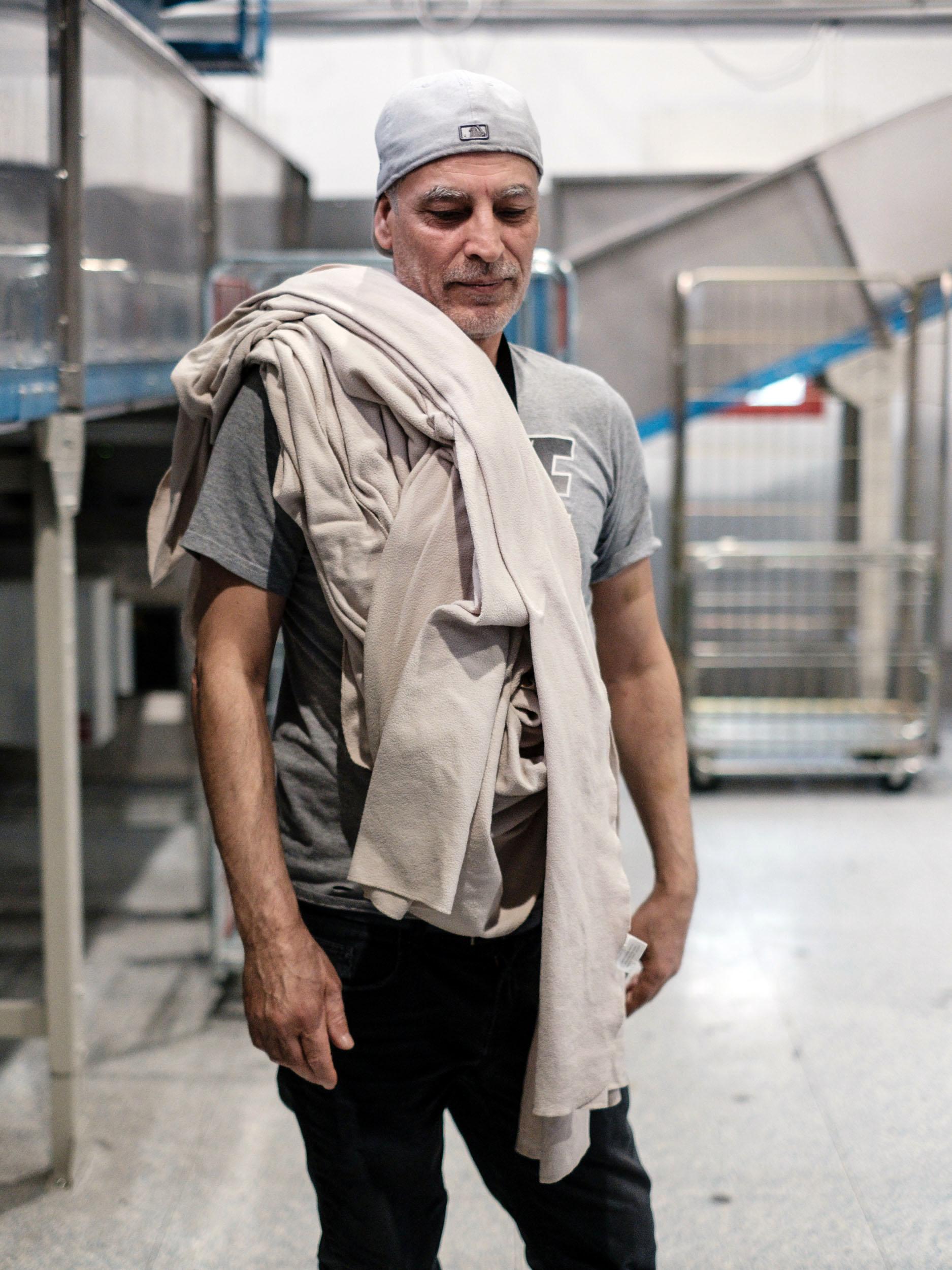 Michel,  travailleur en situation de handicap (Sourd-Muet). Usine de Blanchisserie ANR Service. Tremblay-en-France. 2019. Projet personnel en cours.