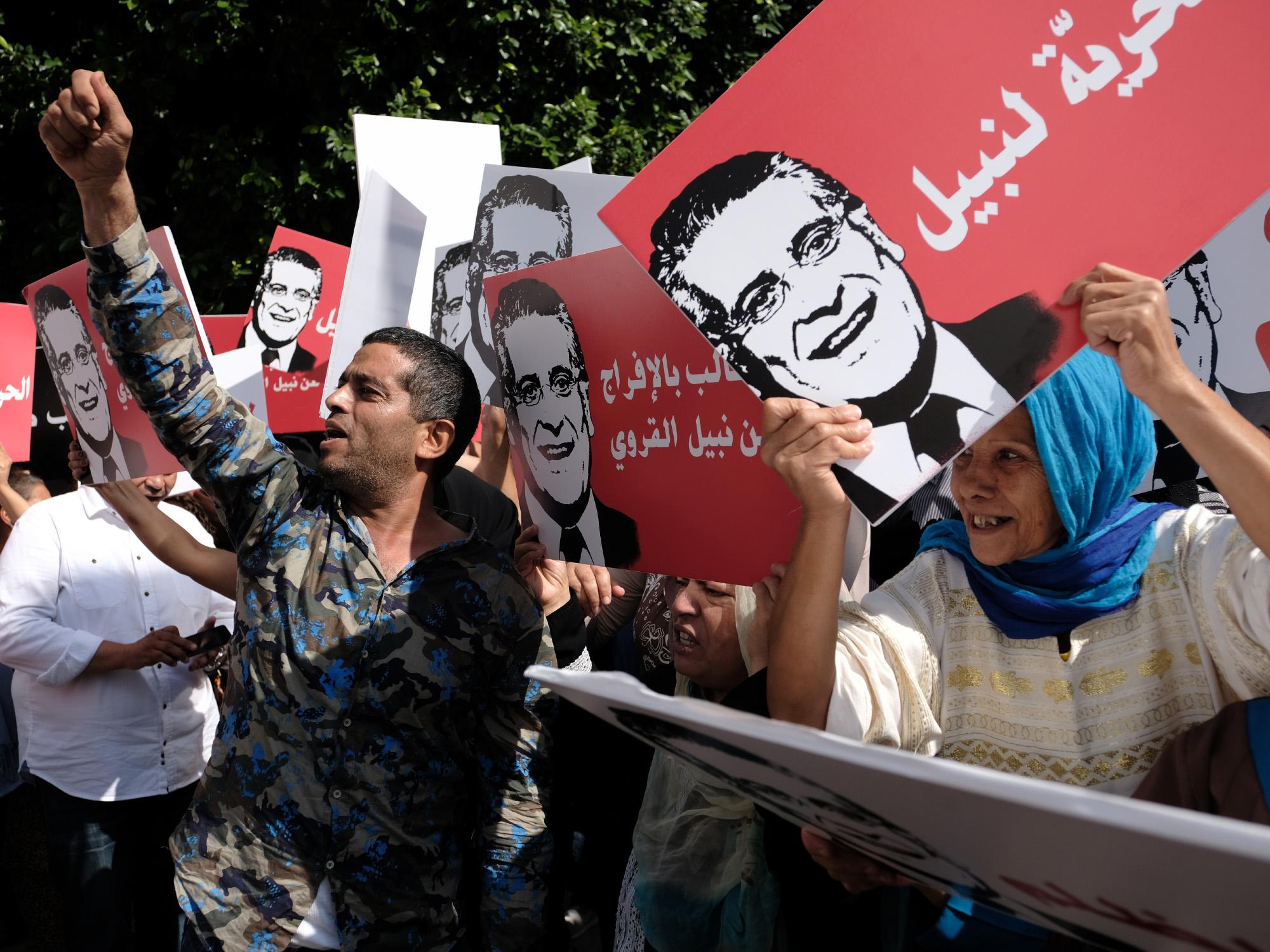 Mobilisation de militants de Nabil Karoui devant le tribunal de Tunis, pour appeler sa libération. Ce mardi, la chambre de mise en accusation relevant du Pole Judiciaire, Economique et Financer examine la demande de libération du candidat à l'élection présidentielle actuellement en prison. Tunis, le 03 septembre 2019.