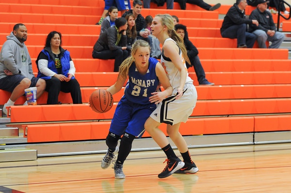 Madi Hingston #21 drives past the defender.