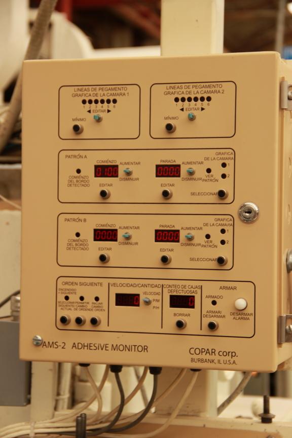 La caja de control para el sistema se monta en el lado operador de la máquina flexo folder gluer