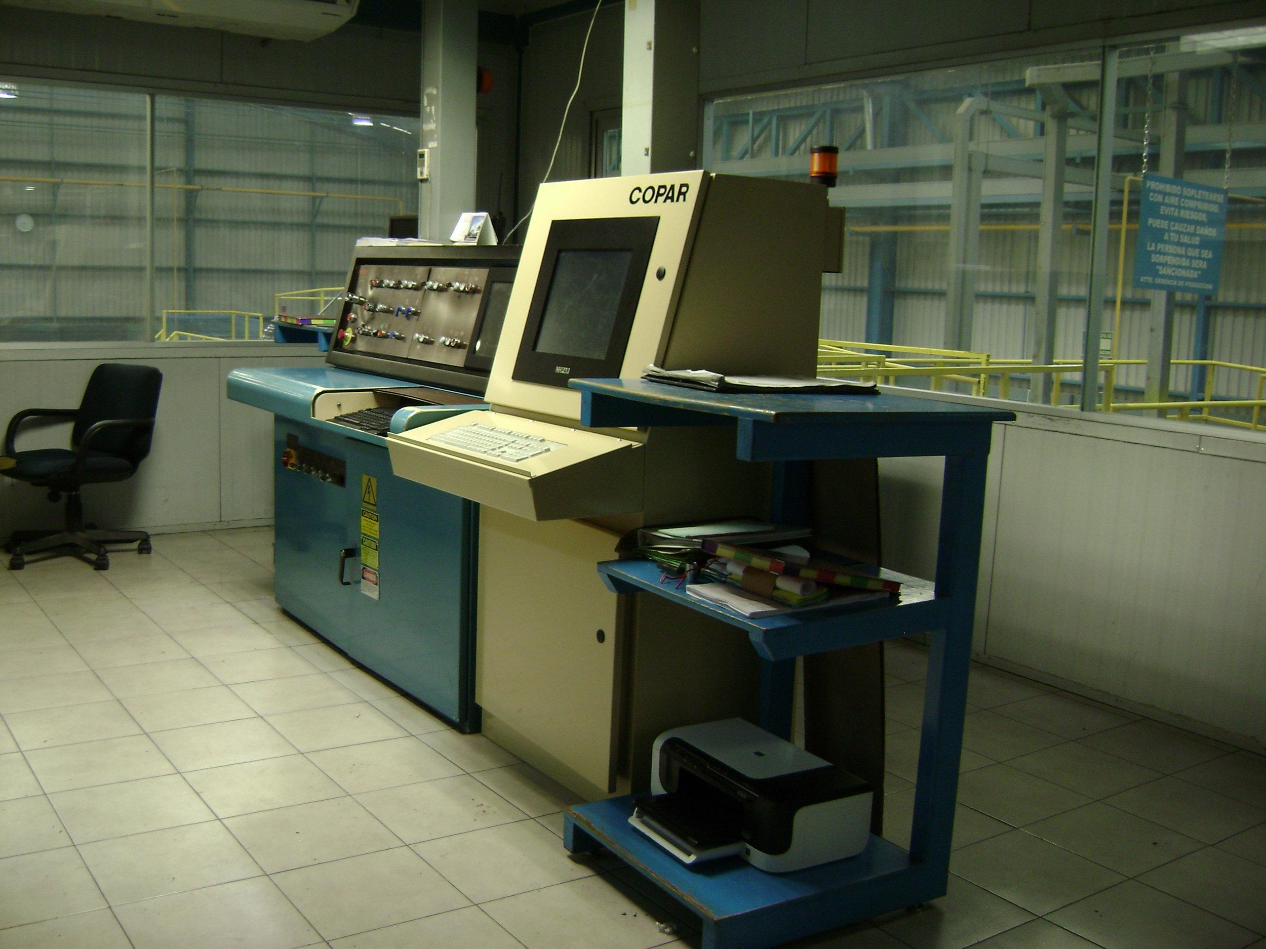 El sistema incluye un gabinete de control para la sala de control en el extremo húmedo, más una o más estaciones de trabajo en el extremo húmedo, todas con pantalla táctil.