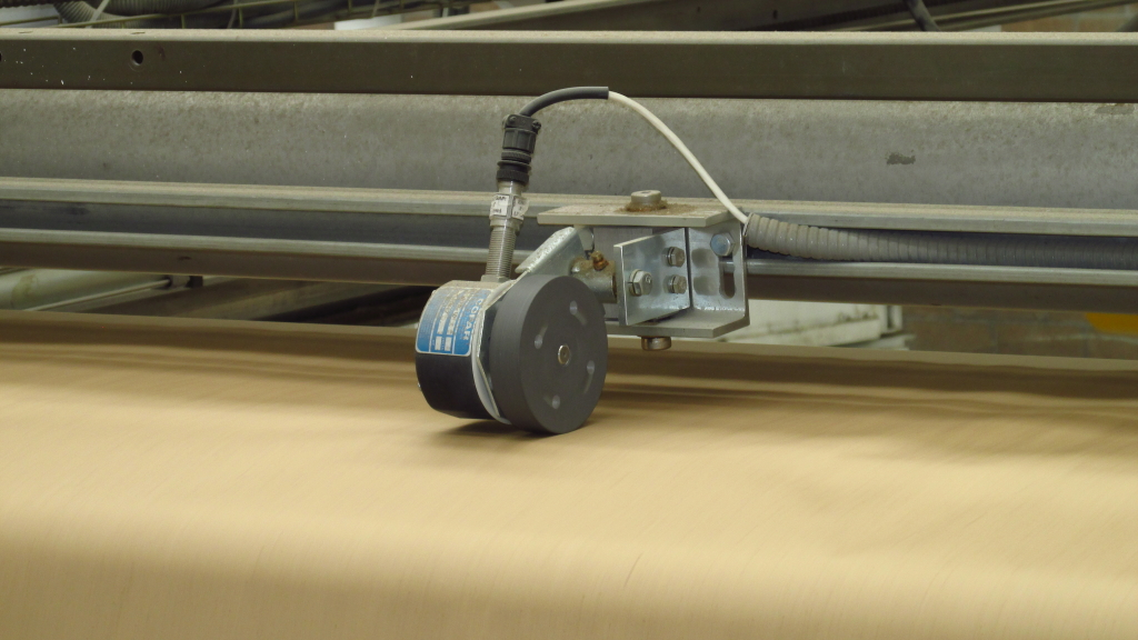 Para la detección de rupturas de papel, Copar utiliza sensores de rueda, evitando los problemas que pueden sufrir los sensores fotoeléctricos. Los sensores fotoeléctricos requieren una limpieza constante, pueden bloquearse por el vapor que a menudo se encuentra en el extremo húmedo y pueden provocar paros falsos cuando el papel del final del rollo es de mala calidad y tiene agujeros.