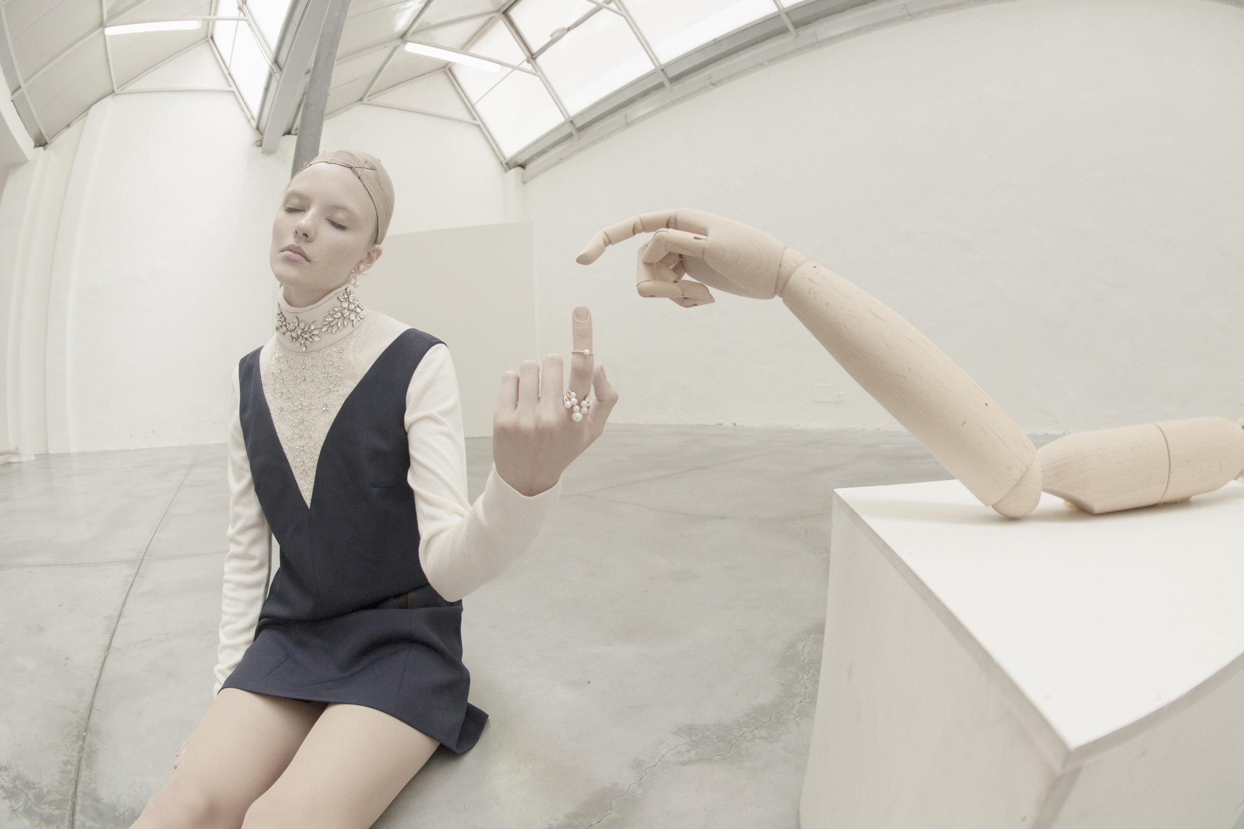 Dress : Tara Jarmon /  Pull : Comptoir Des Cotonniers /  Jewelry : Bijou Brigitte /  Tights : Wolford /  Shoes : Tosca Blu
