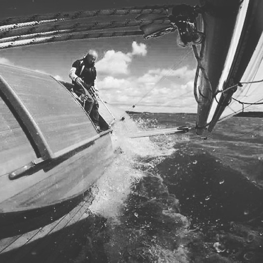 Time to ease the mainsail? Repost: @maker.mind.photos @woodensailboat #classicboat #sailing #sailingtechniques #classicyacht #racing #cruising #classicyachtcharter #woodenboats