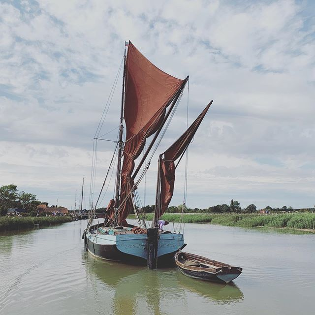 Half barge CYGNET always sailed single handedly by Des on the east coast rivers. Home port — Snape Bridge, Suffolk. It's a wonderful sight to see him work the river Alde, such as today. 📷 @boatphotographer