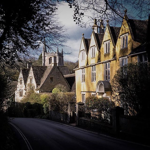 The beautiful buildings in Castle Combe enjoying the last of the sunshine we've had this past week or so! . . . Now it appears to be time for April showers 😫 . . . (But, I'm sure the sun will come back again soon 😌🤞🏻)